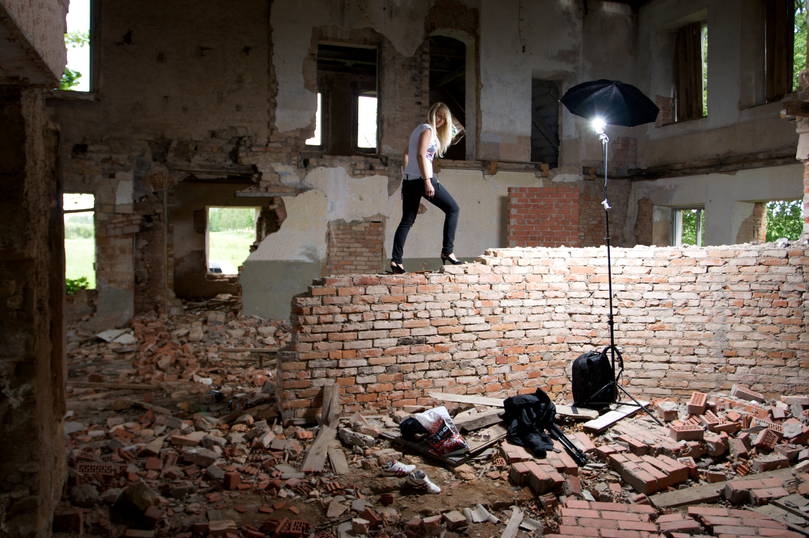 File:Blond woman in a abandoned building 04.jpg - Wikimedia Commons