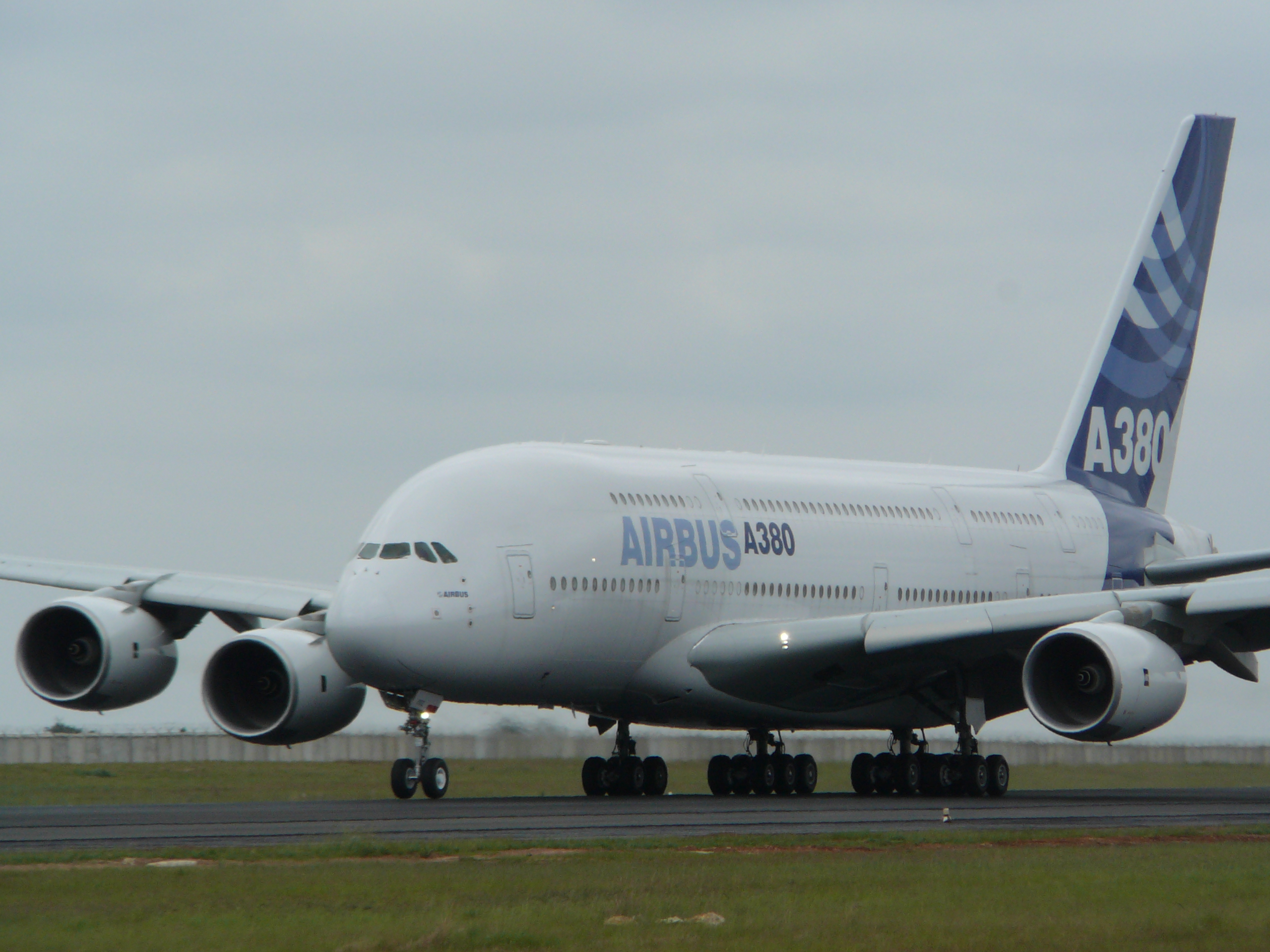 File:Airbus A380 at Tambo Airport.jpg - Wikimedia Commons