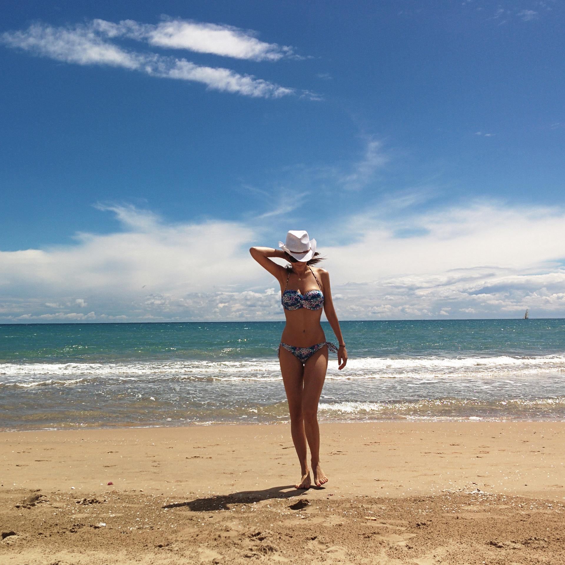 Mara Frischherz - fit the mold, at the beach