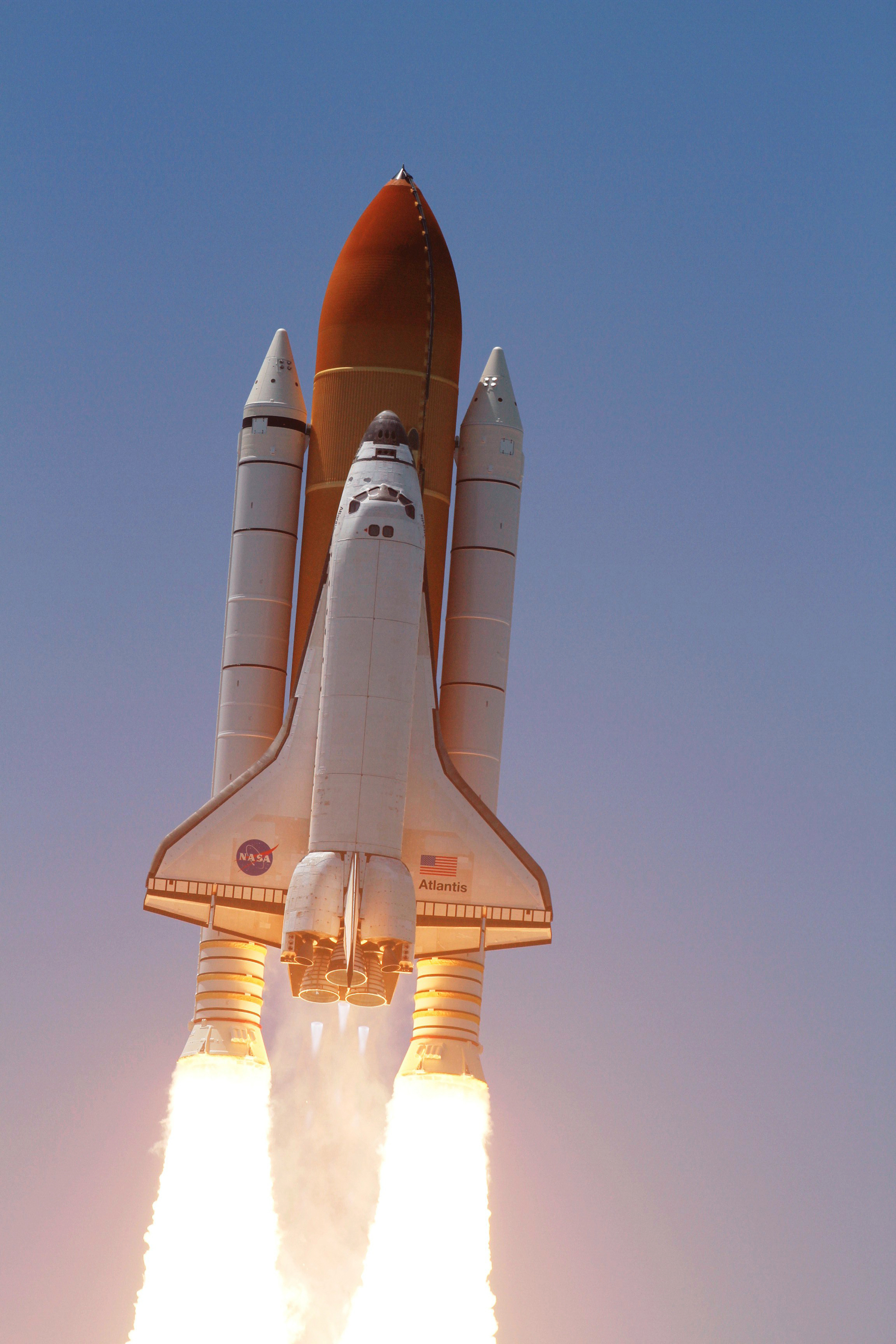 File:Space Shuttle Atlantis launches on STS-132.jpg - Wikimedia Commons