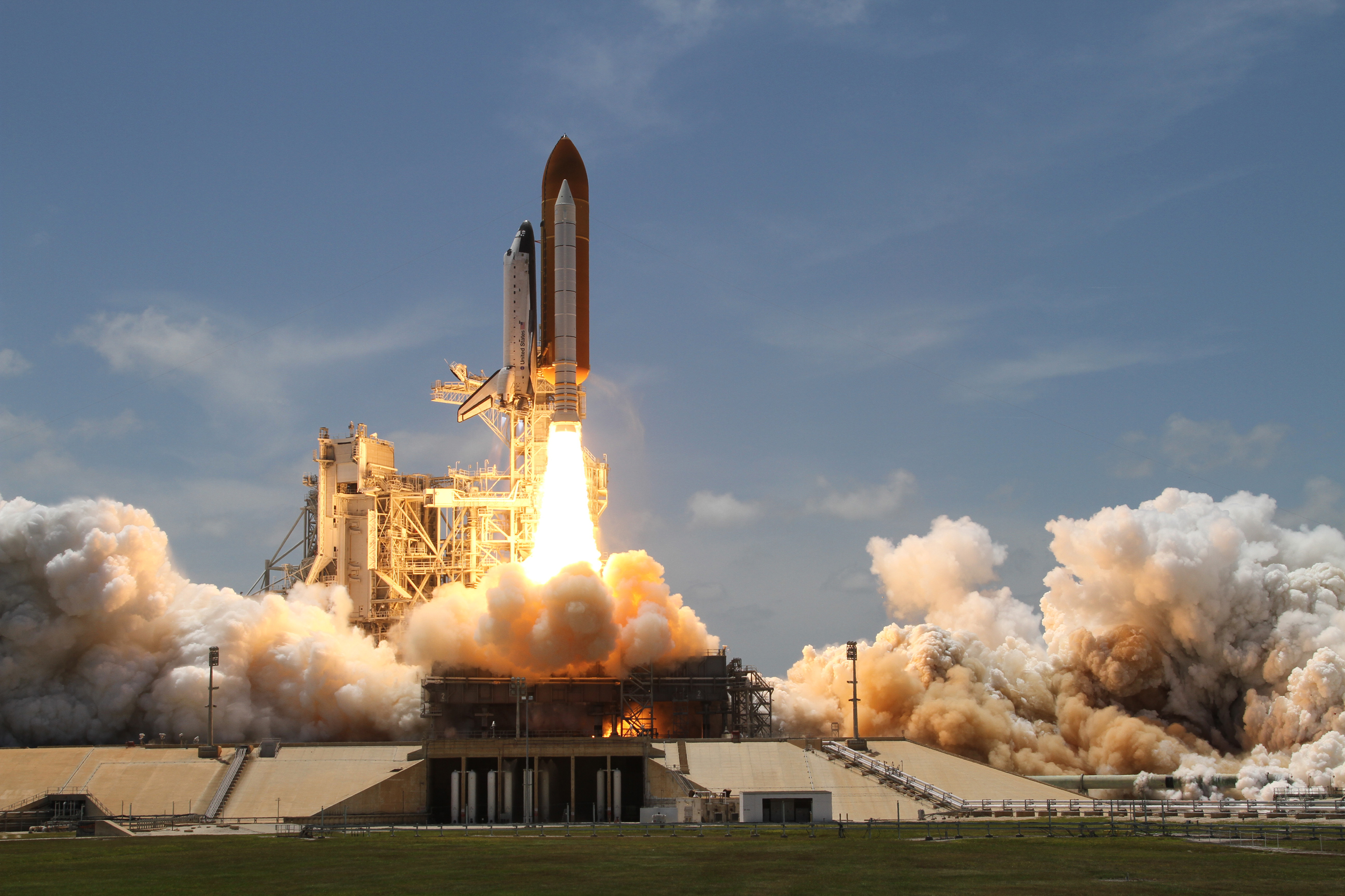 File:Space Shuttle Atlantis launches from KSC on STS-132.jpg ...