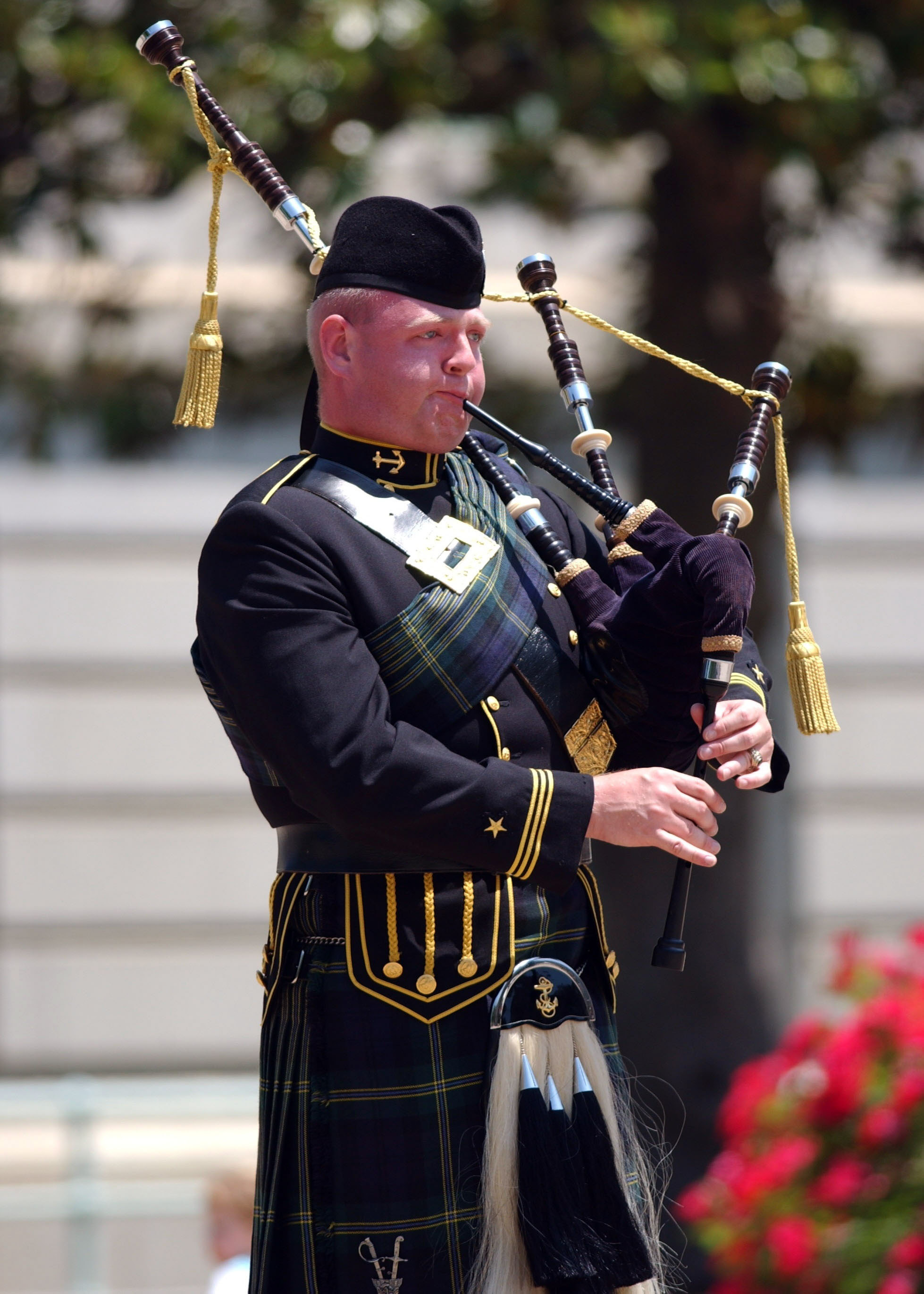 File:US Naval Academy Pipes and Drums bagpiper.jpg - Wikimedia Commons