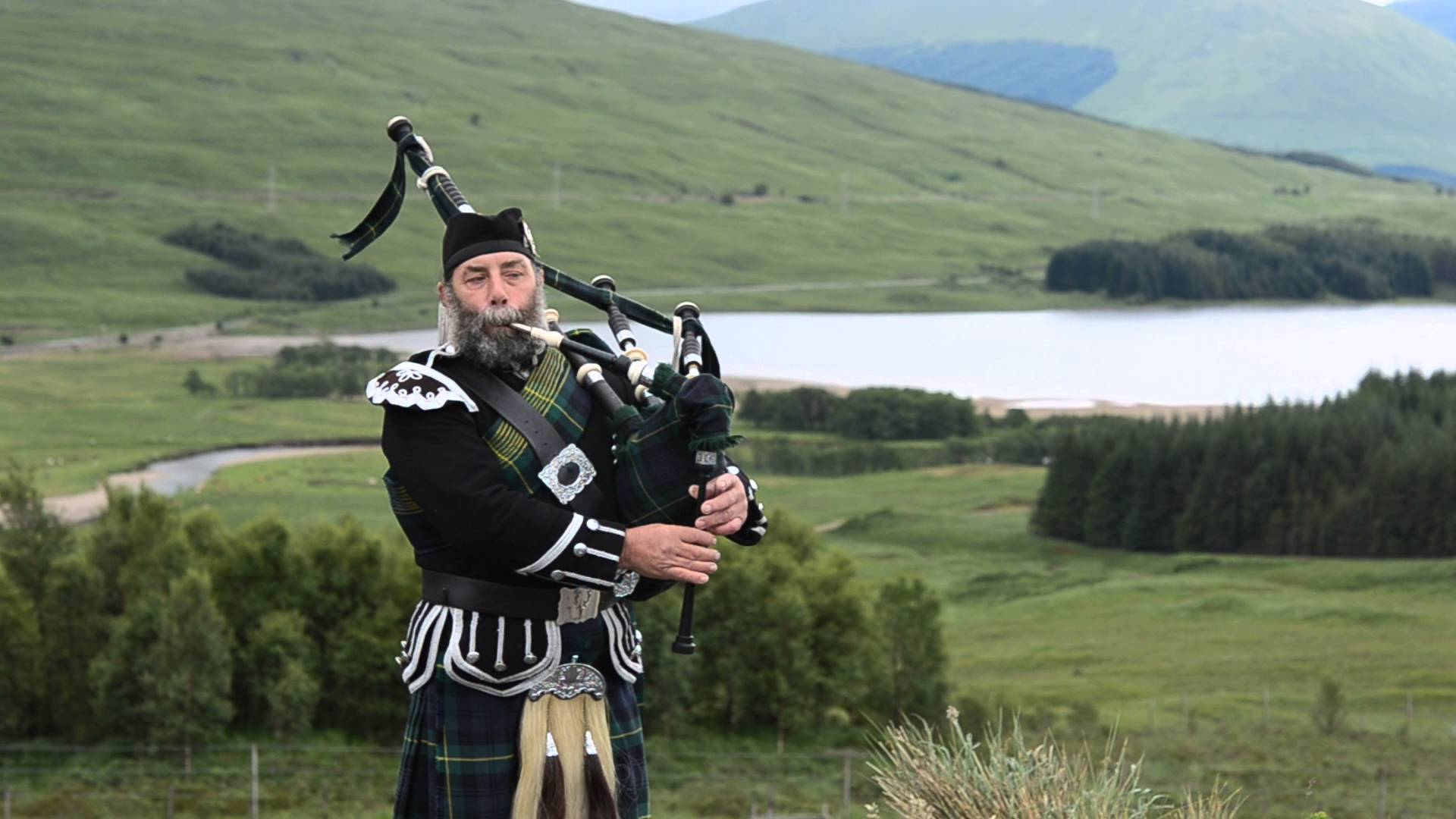 Scottish Bagpipe Player at Highlands - YouTube