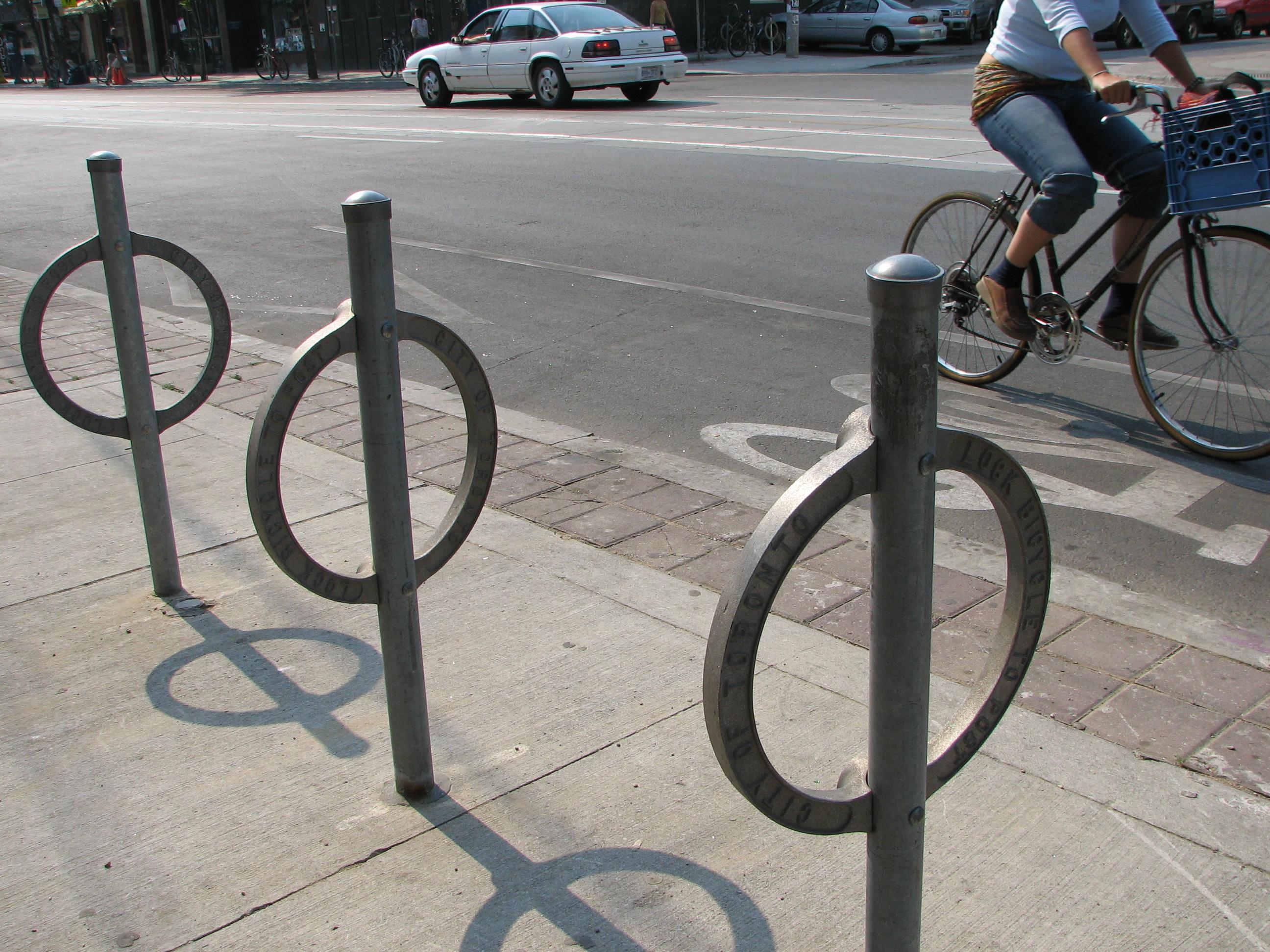 File:Bike path on College in Toronto.jpeg - Wikimedia Commons