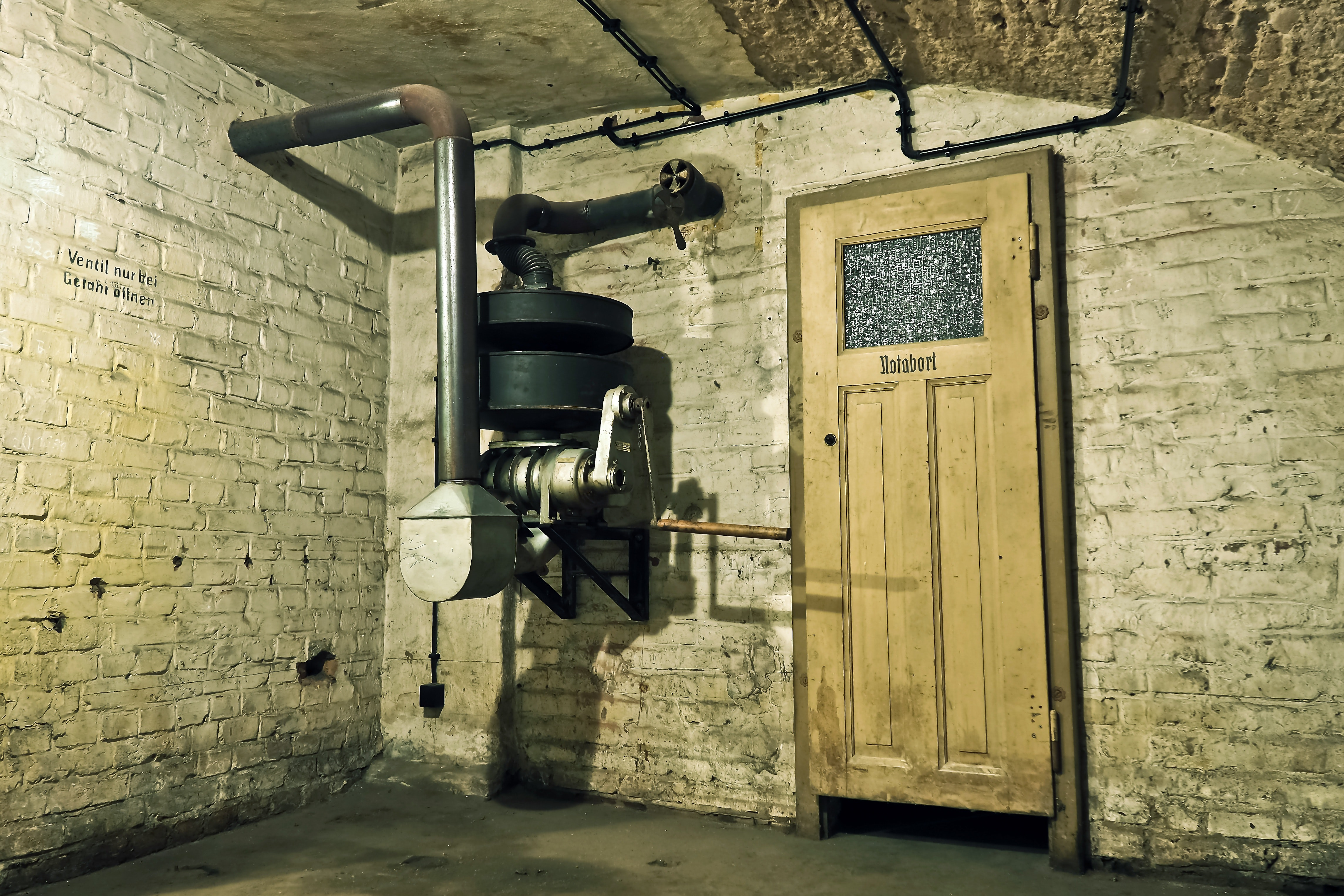 Black and Gray Metal Machine Inside a Room, Indoors, Wall, Vintage, Underground, HQ Photo