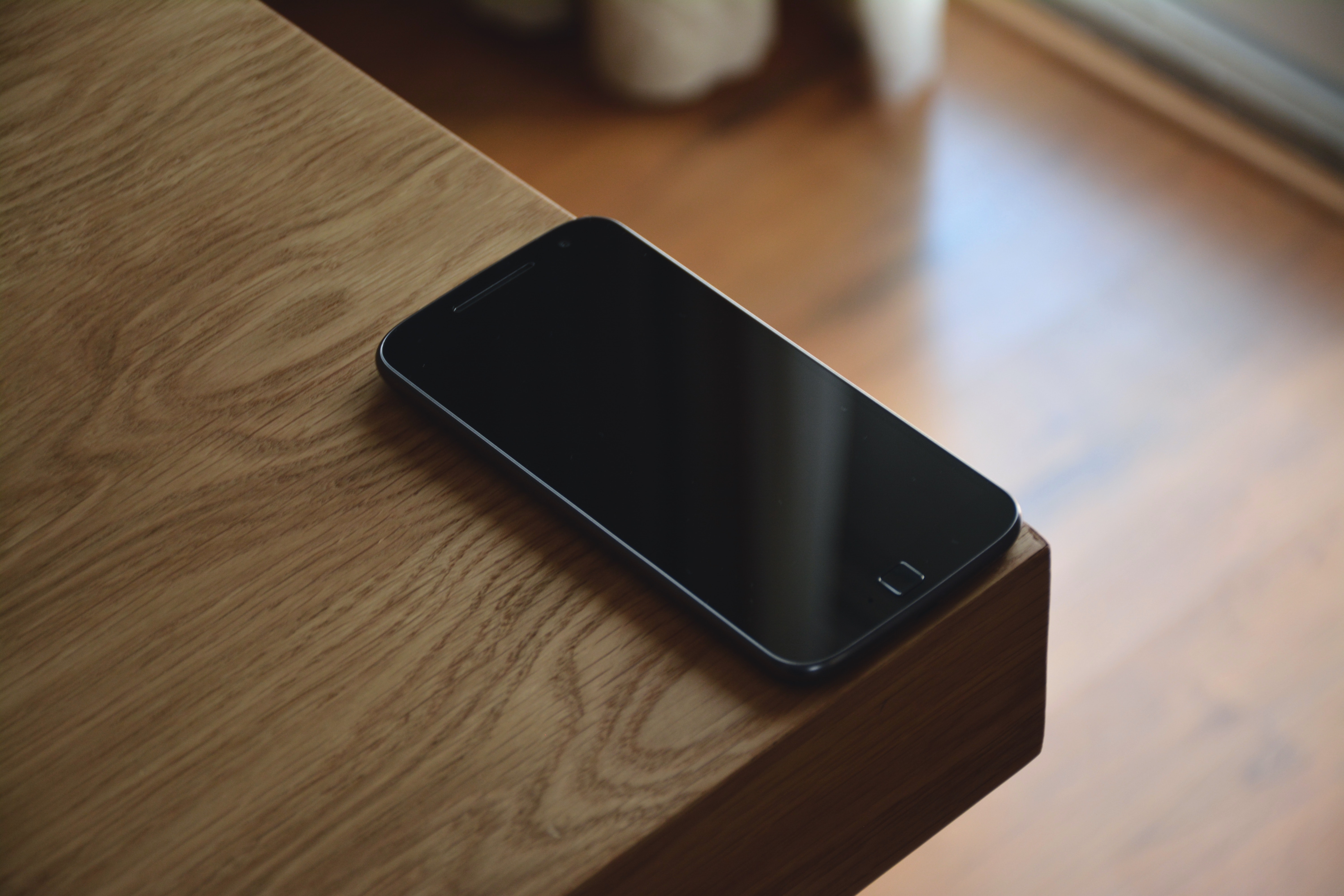 Exceptionnel Black Android Smartphone On Corner Table Photo