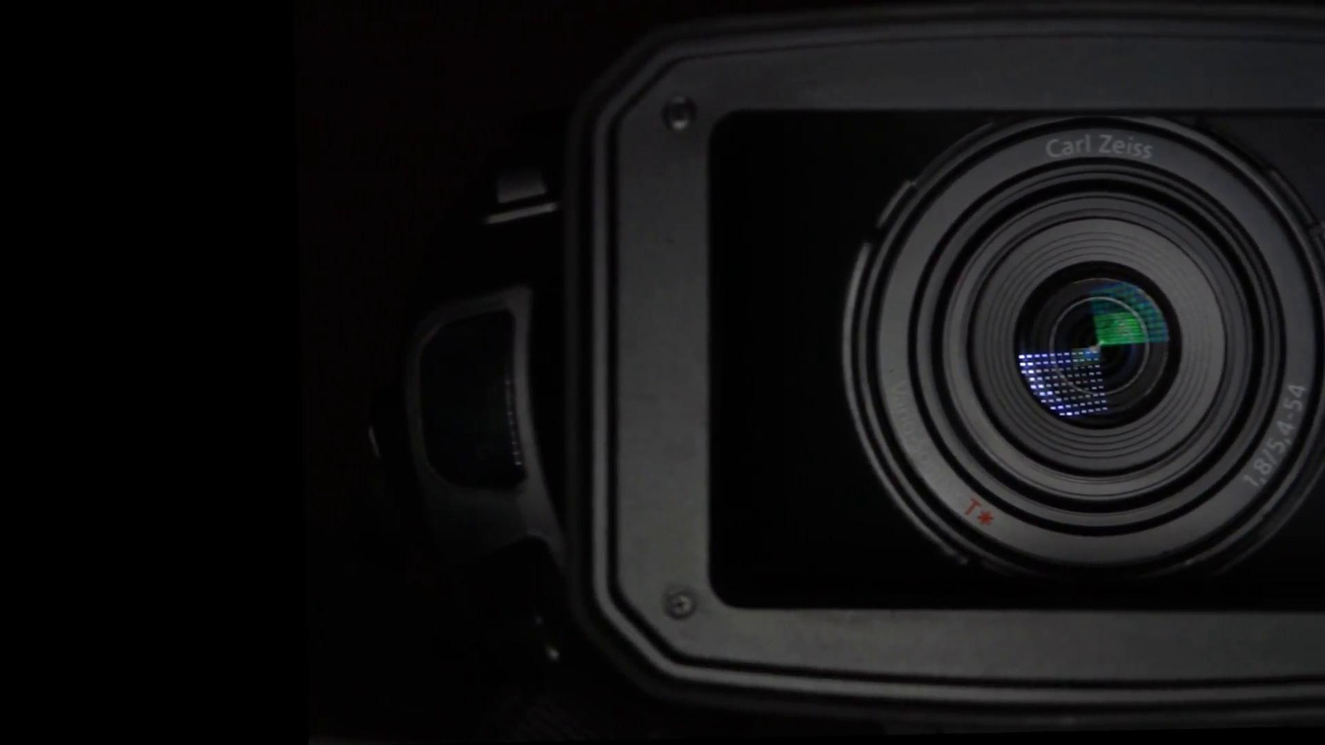 Pro vidéo camera lens & sun visor on black background - pan ...