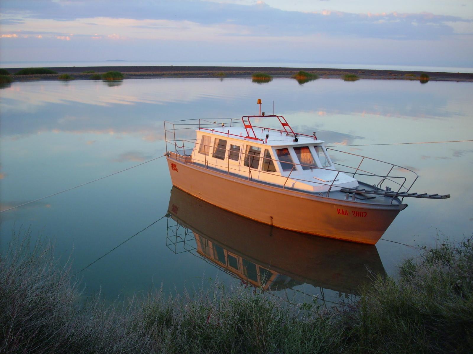 Boat near the shore photo