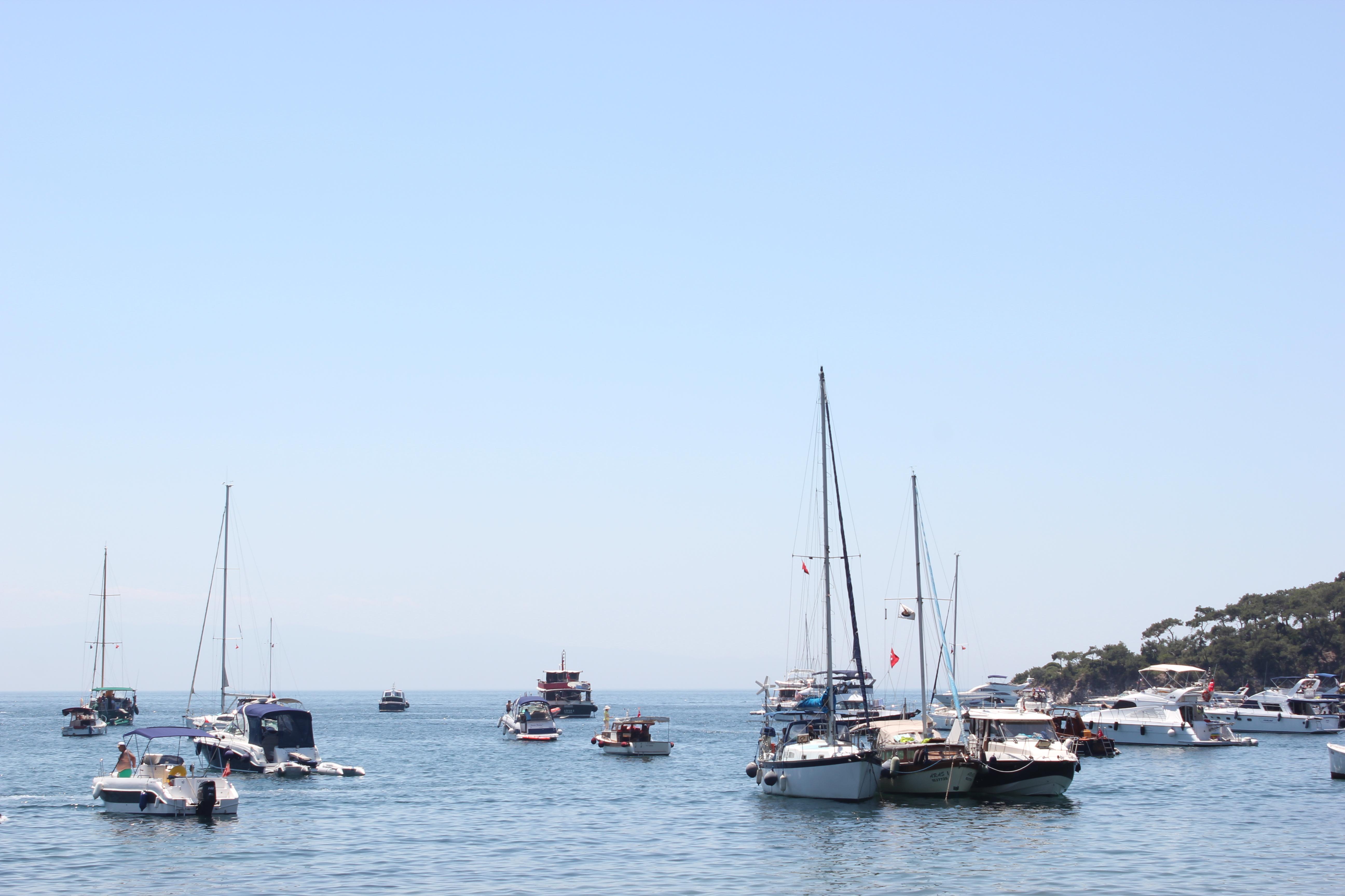 File:Boats on sea.jpg - Wikimedia Commons