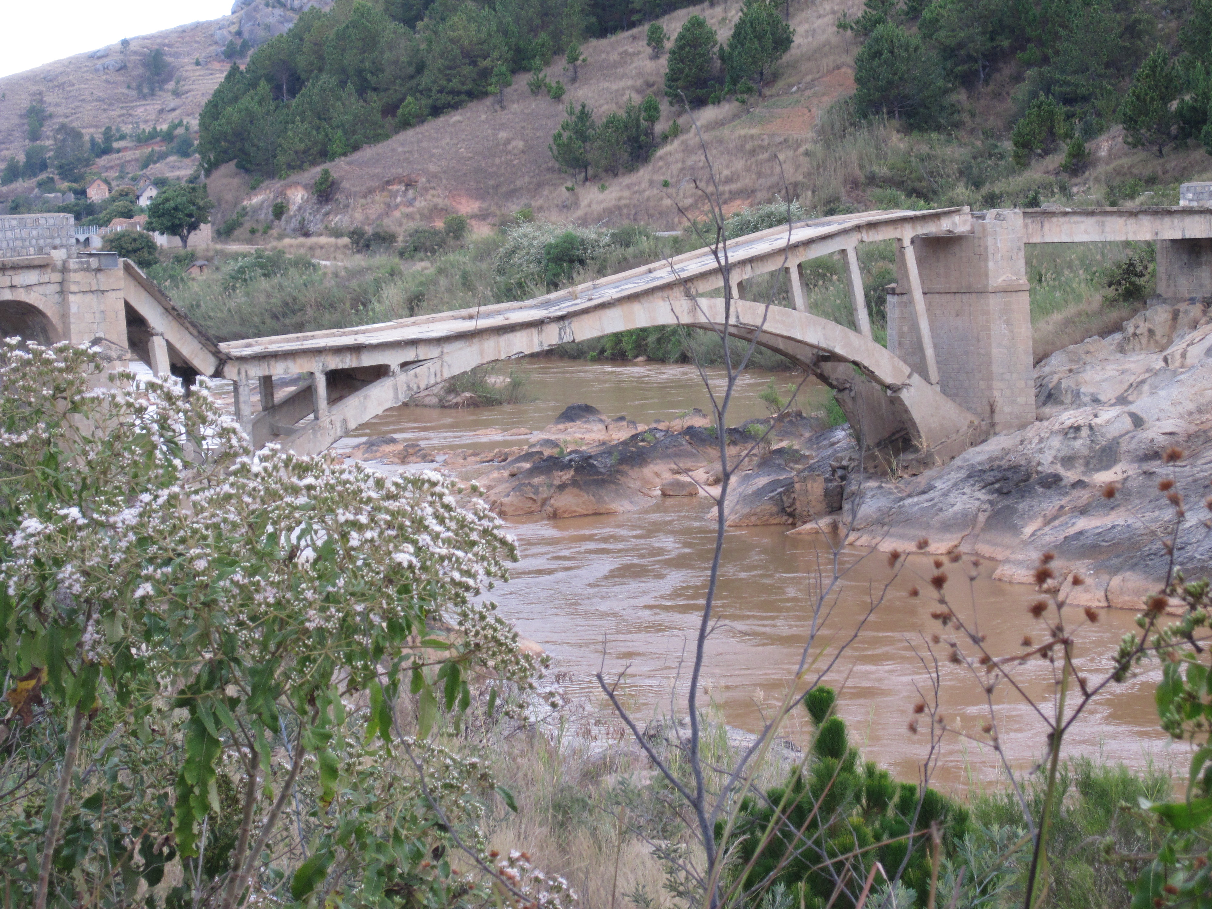 File:Broken bridge, Madagascar.jpg - Wikimedia Commons