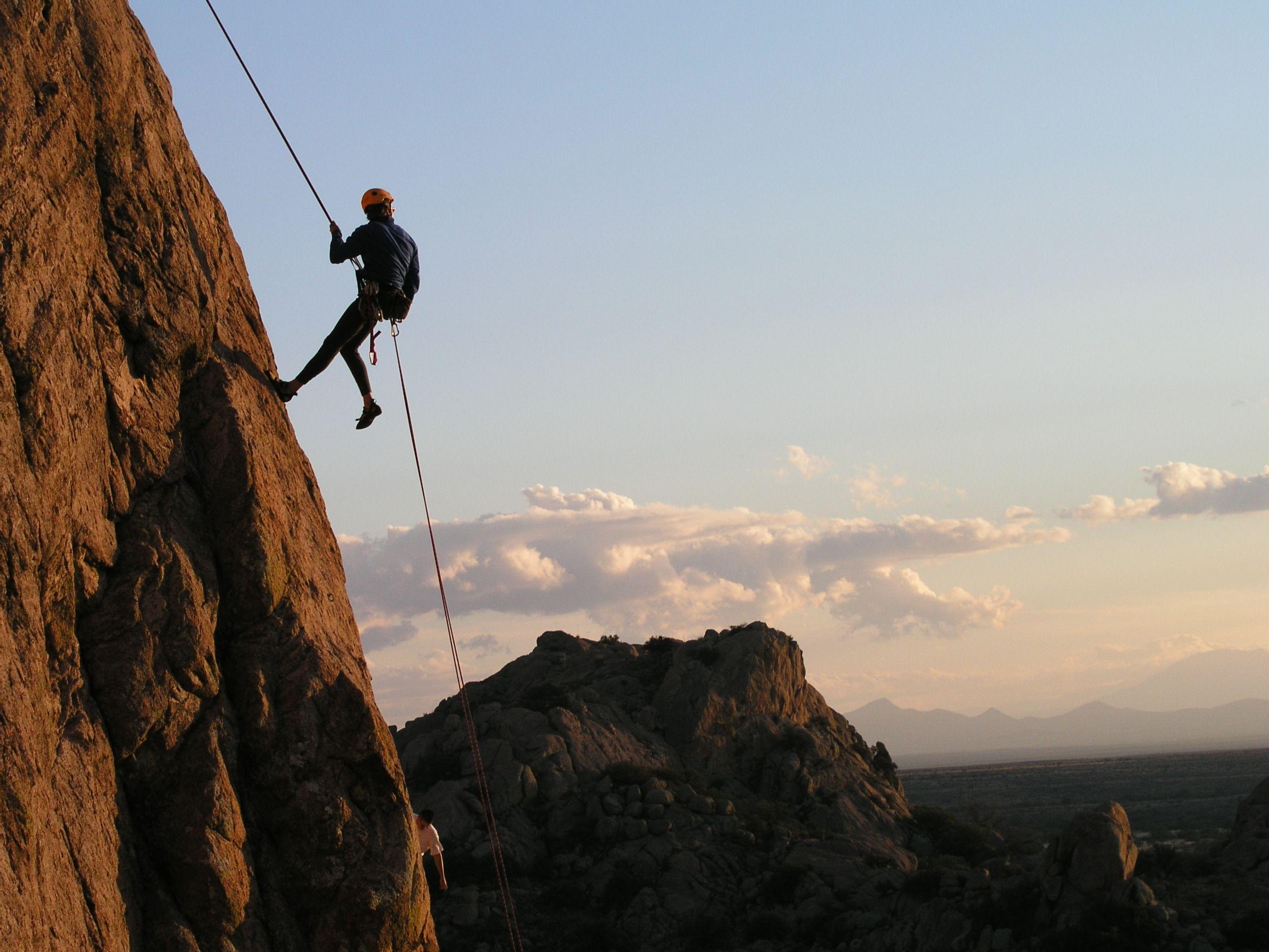 Rapel é o processo de descida de uma vertente ou paredão na vertical ...