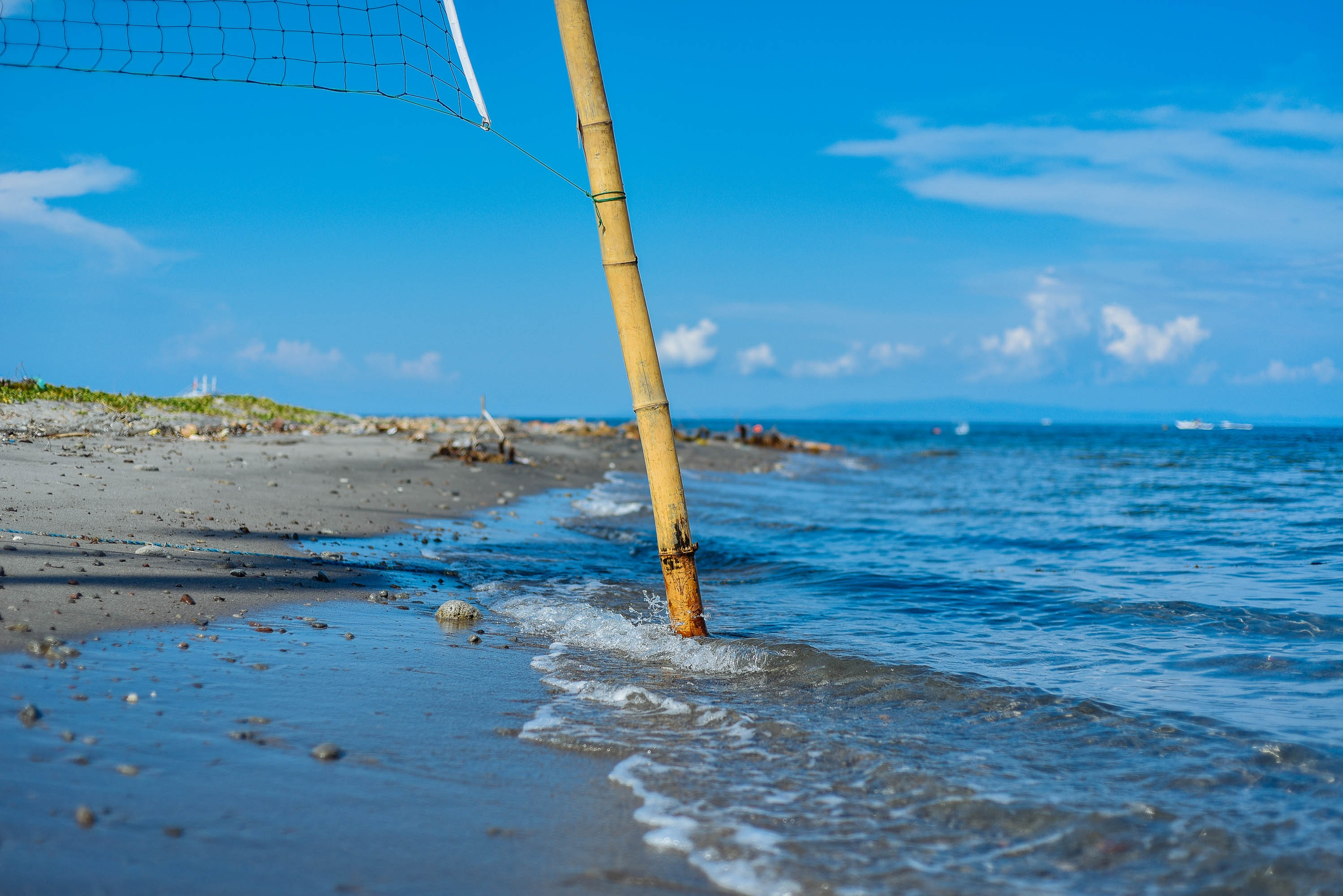 Closeup Photo of Brown Bamboo Beach Volleyball Post Near Shoreline, Bamboo, Beach, Clouds, Daytime, HQ Photo