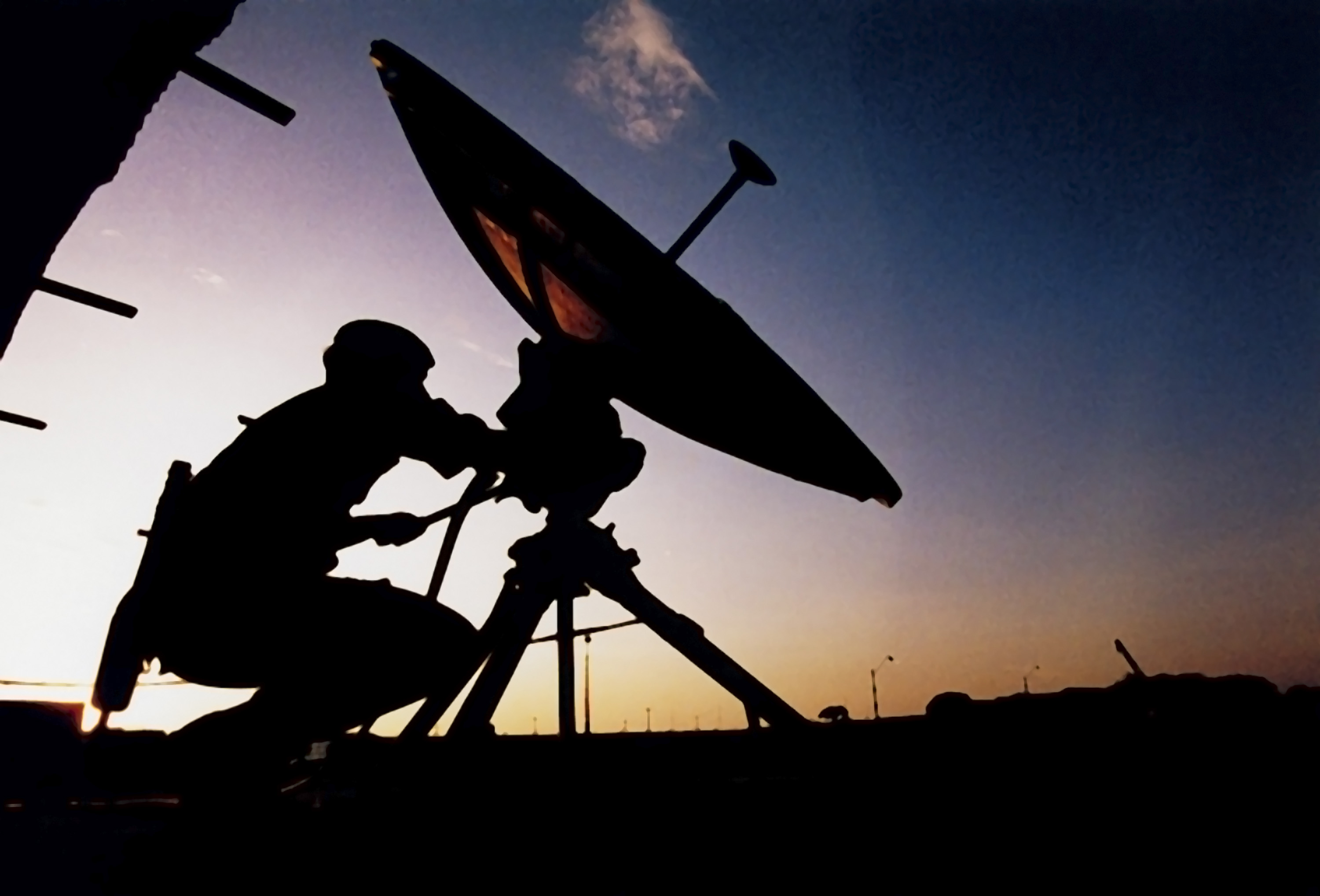 File:Soldier Operating Satellite Dish MOD 45102198.jpg - Wikimedia ...