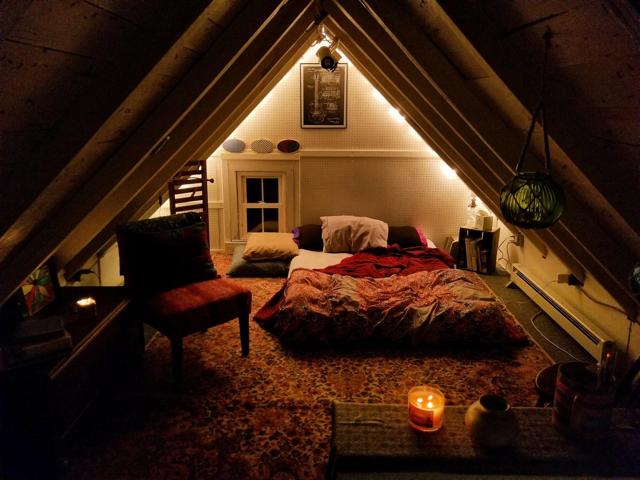 Hearing rain on the roof makes this cozy bedroom extra cozy : CozyPlaces
