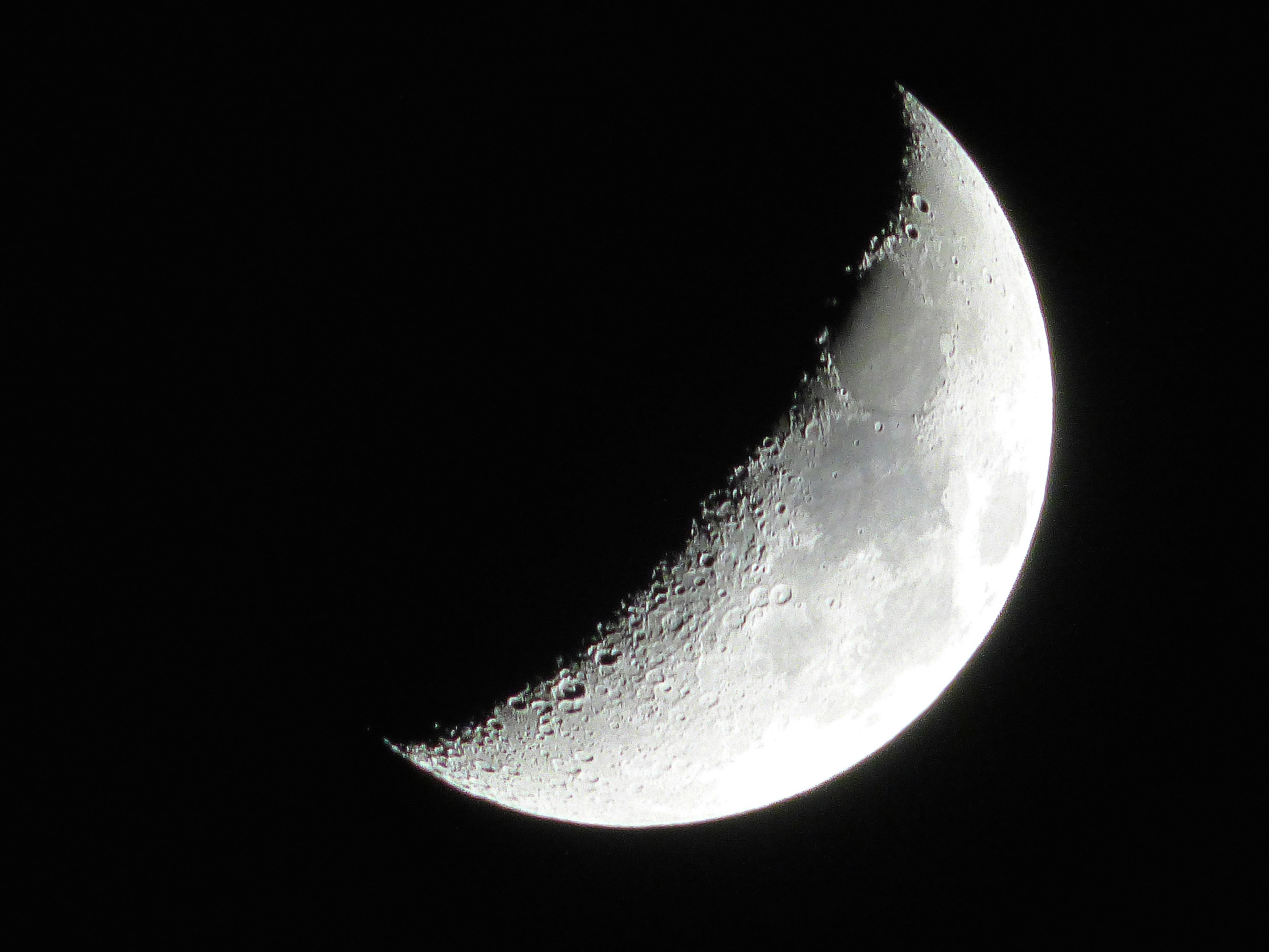 File:Waxing crescent moon.jpg - Wikimedia Commons