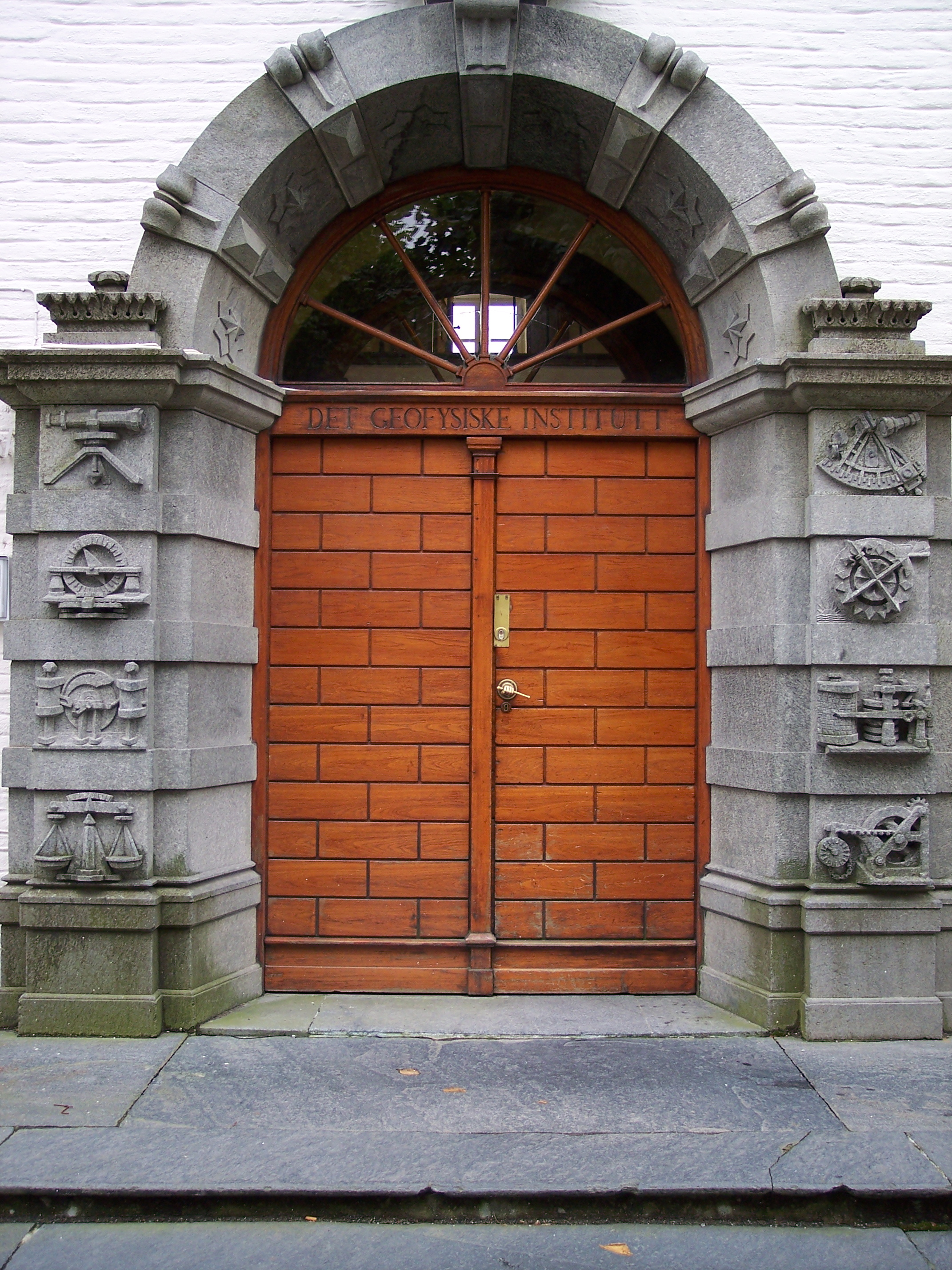 File:Bergen- Entrance to the geophysical institute.jpeg - Wikimedia ...