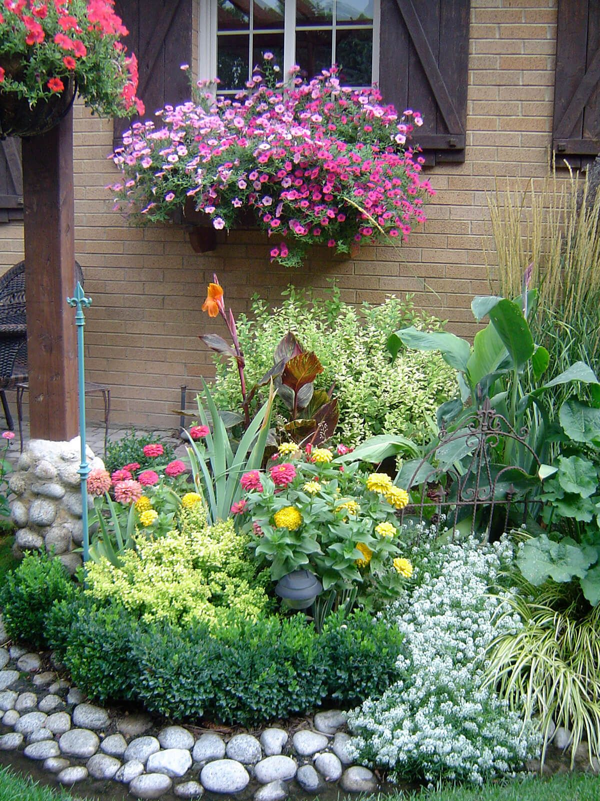 27 Gorgeous and Creative Flower Bed Ideas to Try | Rock flower beds ...