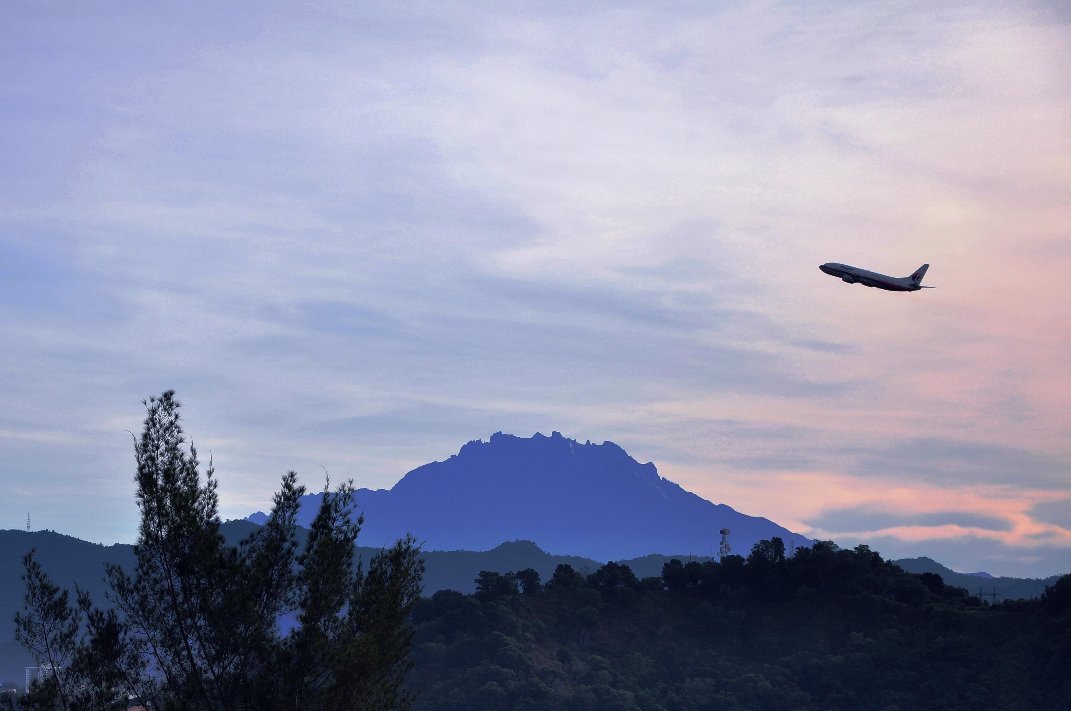 File:Plane Flying Past Mount Kinabalu.jpg - Wikimedia Commons