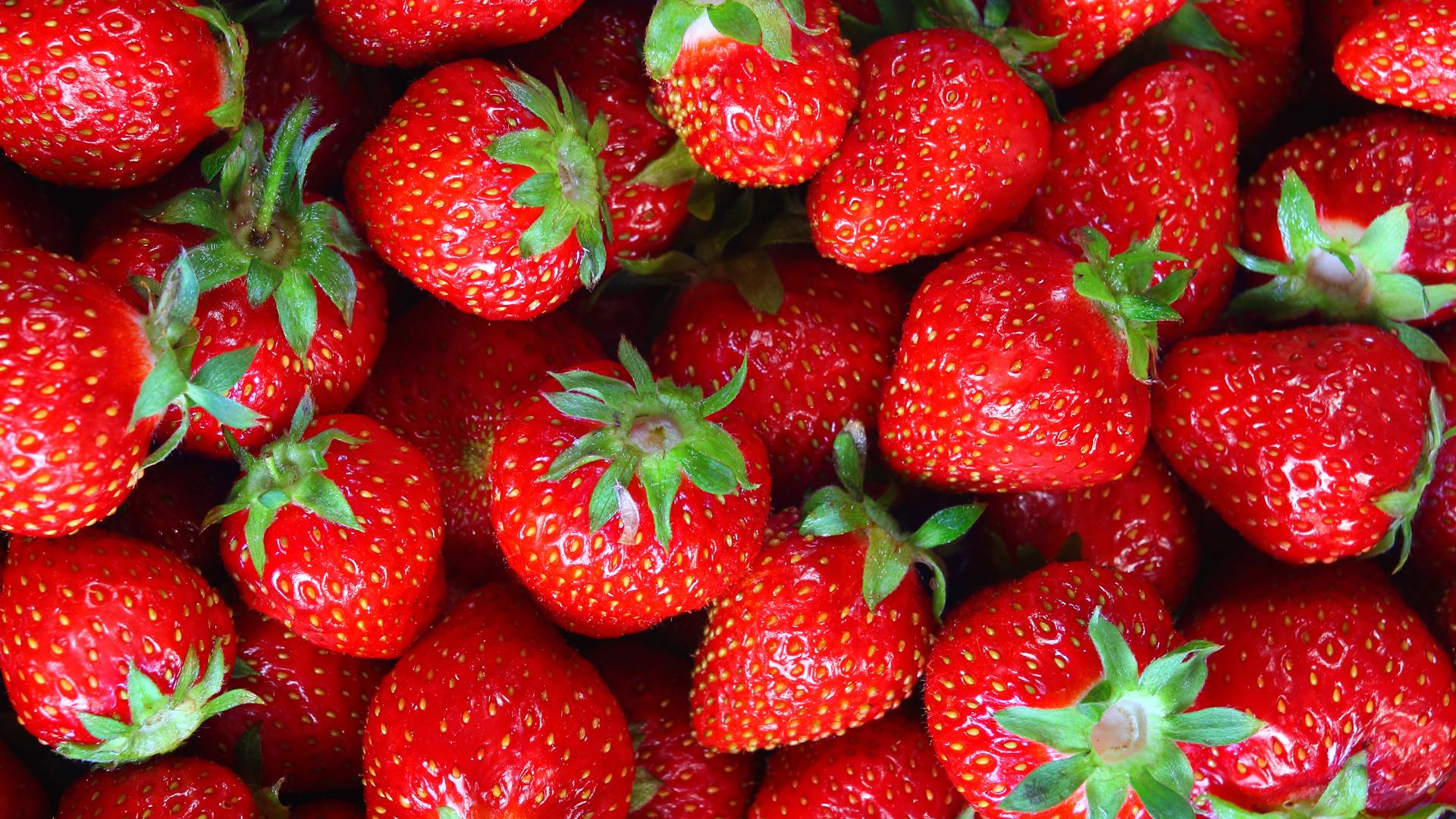 How to Hull Fresh Strawberries - HealthiNation