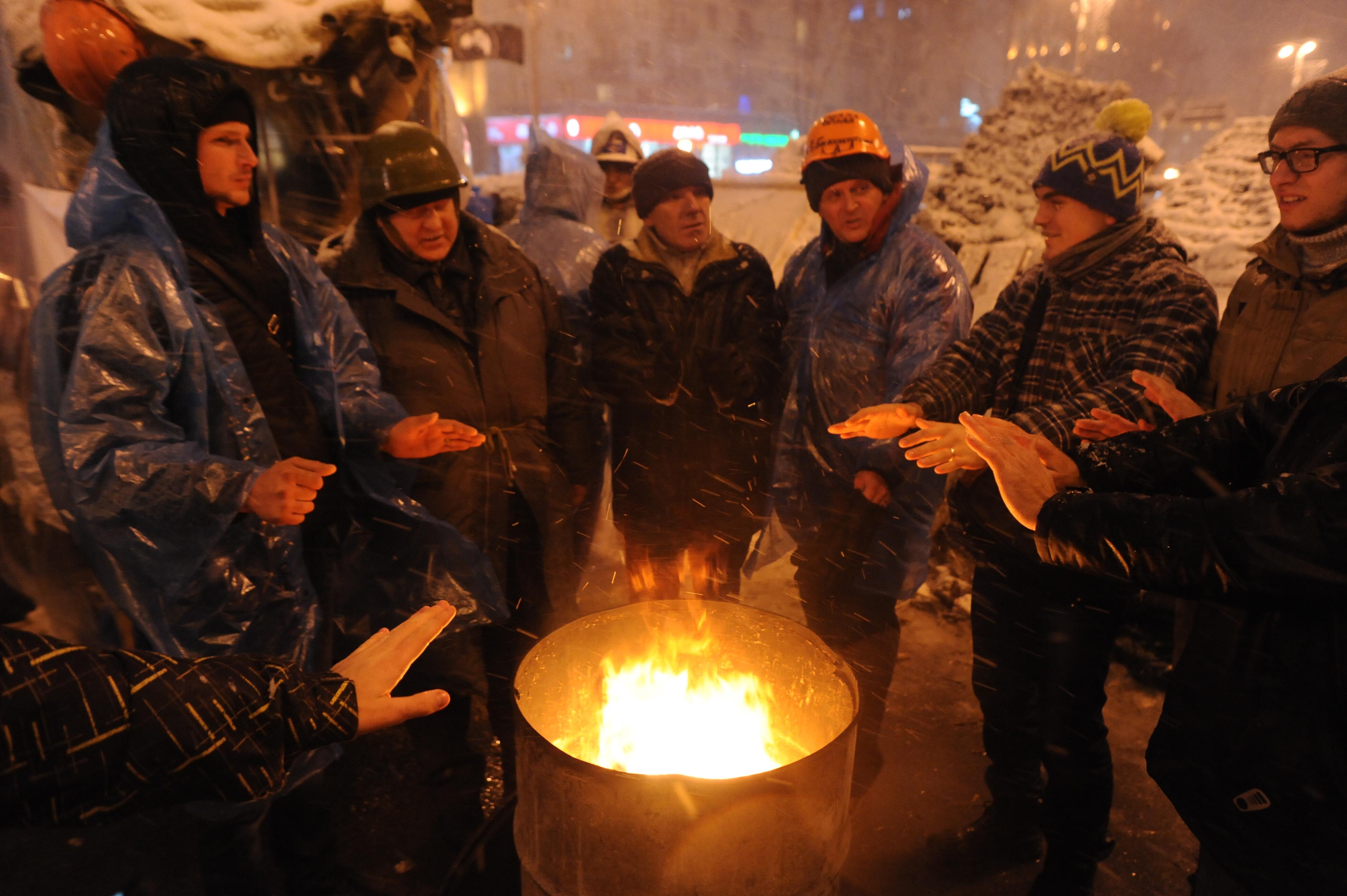 File:Euromaidan suporters getting warm near a spontaneus fireplace ...