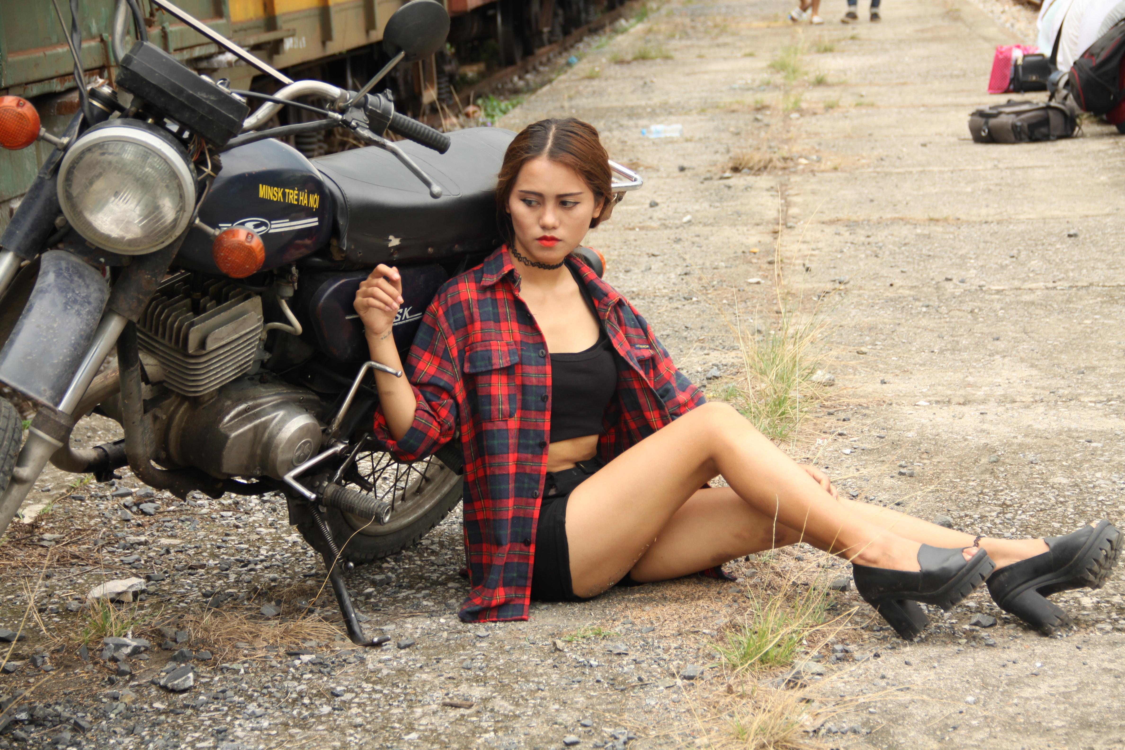 Brezplačna fotografija Photo Girl s kolesom - portret, poza, ženska - brezplačno prenesete - Jooinn-7333