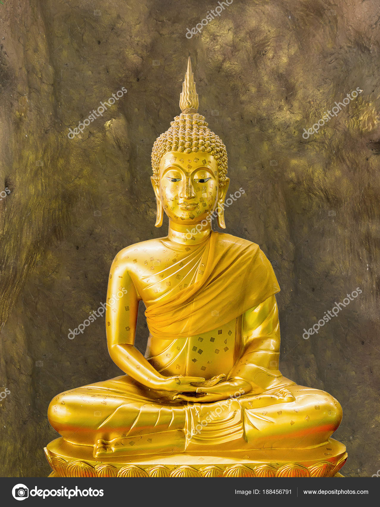 Golden buddha statue in meditation at cave — Stock Photo © jiaking1 ...