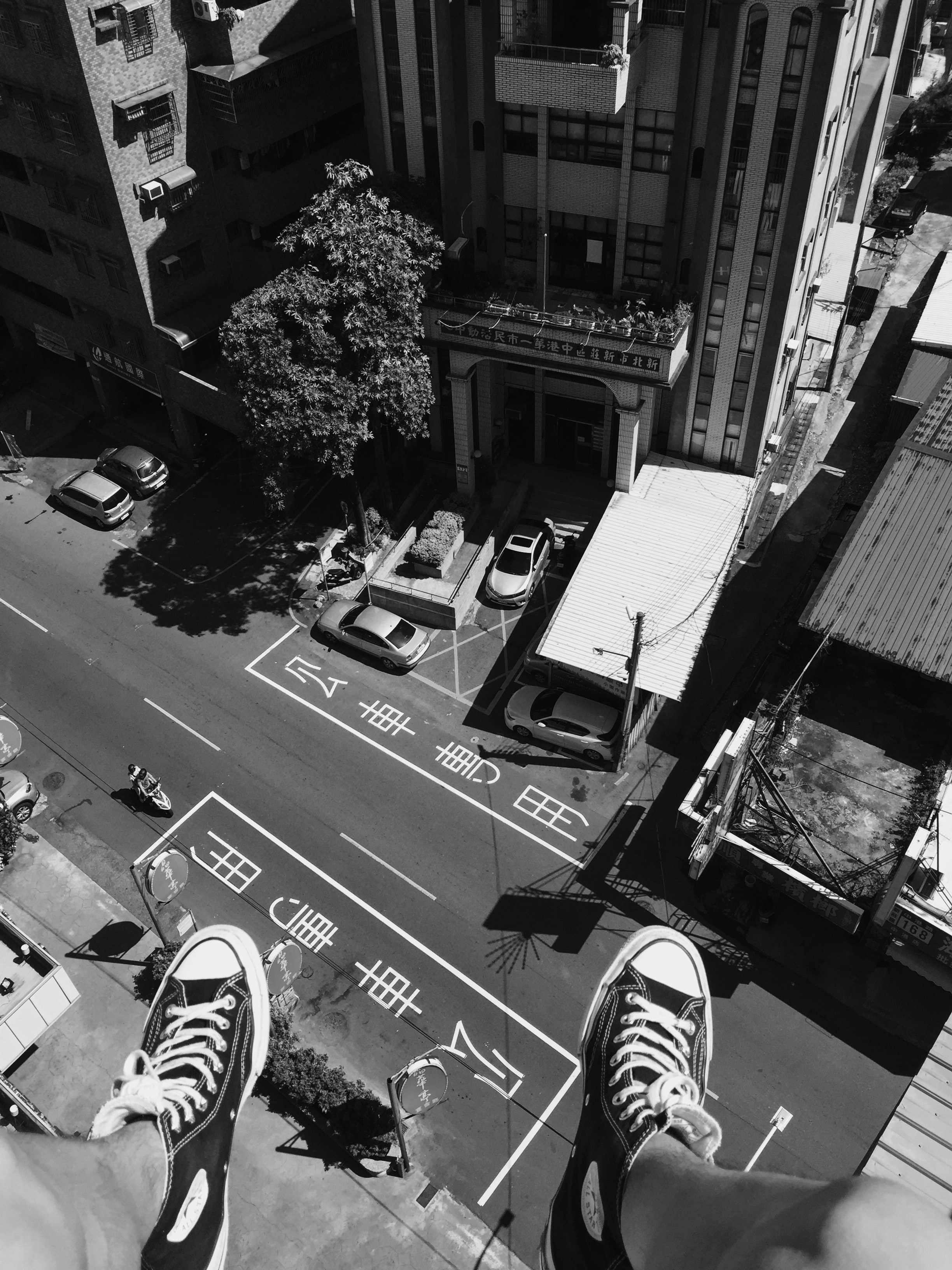 Grayscale Photography Man Wearing All Star Converse High Tops Below in Street and Building, Black-and-white, Building, Cars, Feet, HQ Photo