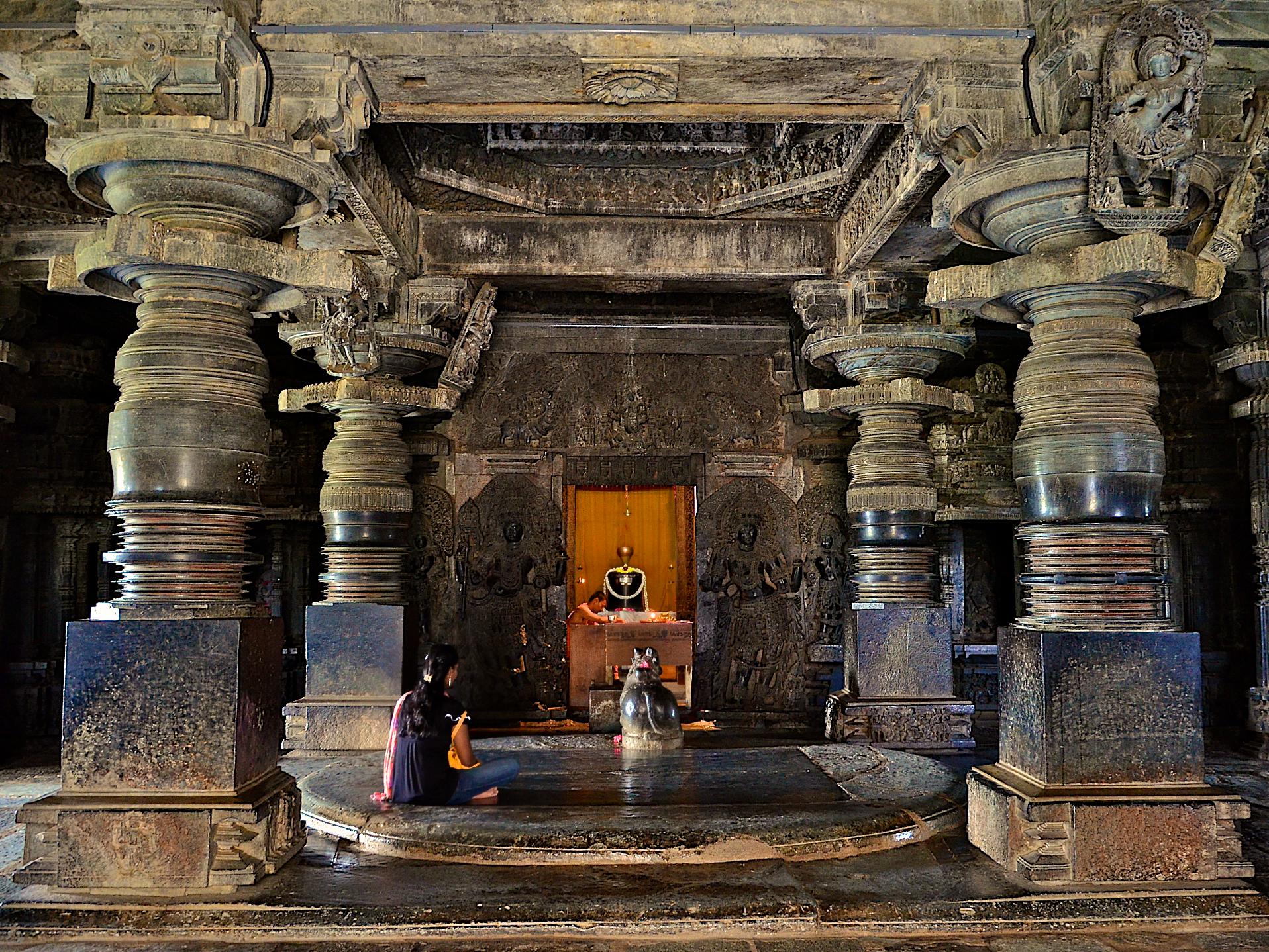 File:A sanctum inside the Hoysaleshwara temple in Halebidu.jpg ...