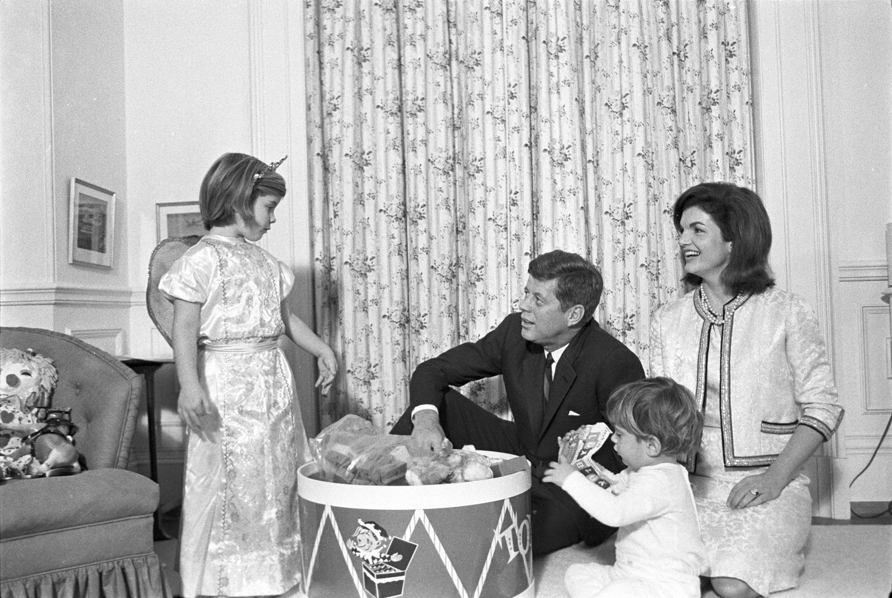 President Kennedy relaxes with the First Family in the White House ...