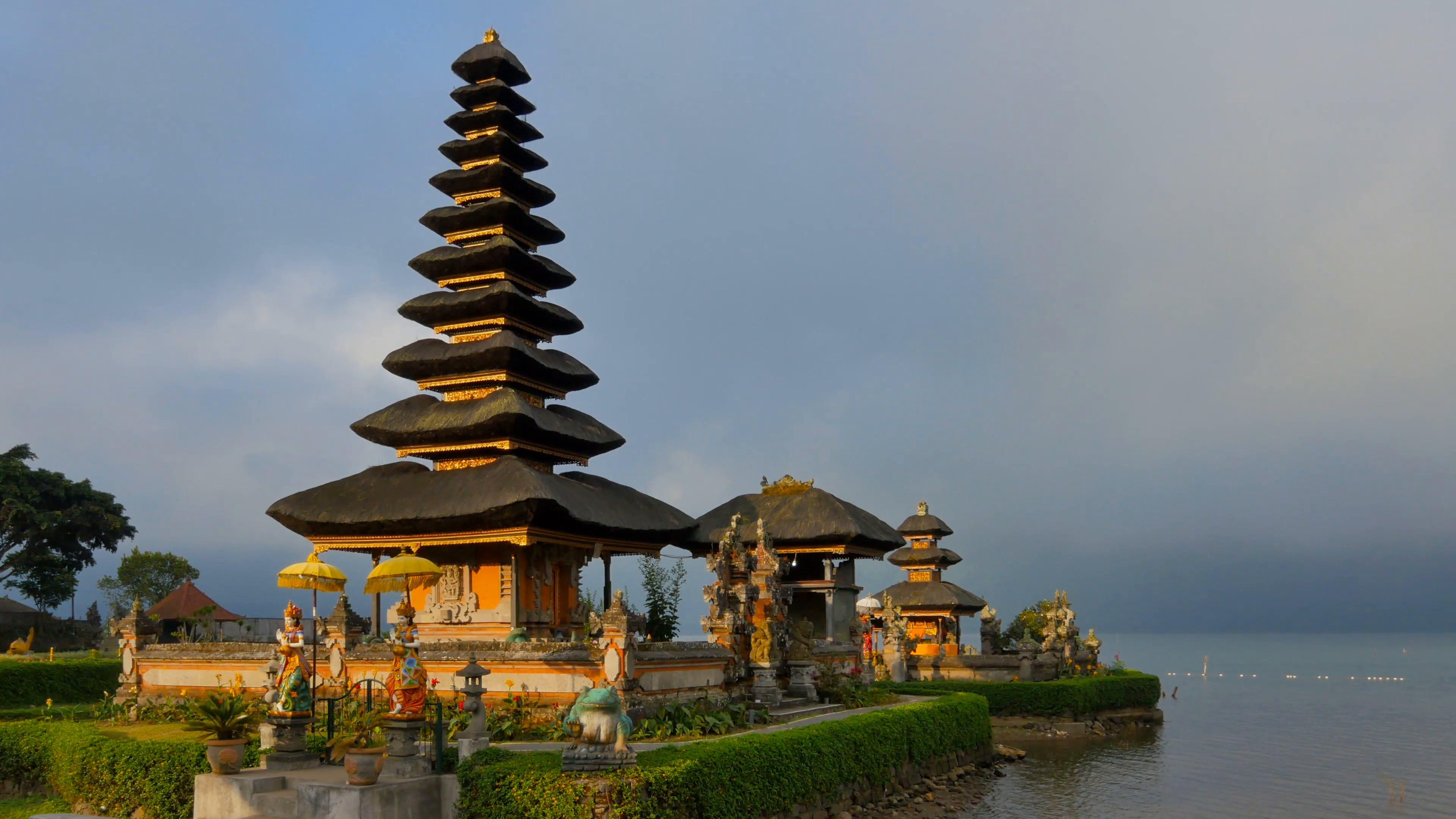 Balinese water temple Pura Ulun Danu Bratan , Bedugul Mountains ...