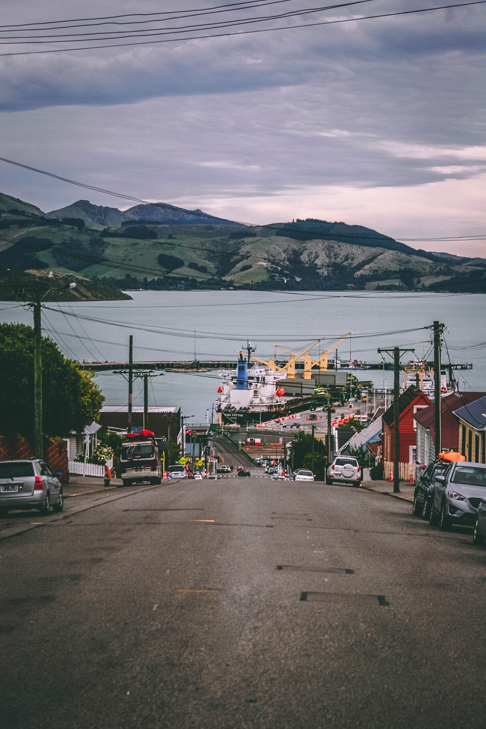 Landscape Photo of Houses Beside Road, Bay, Pier, Water, Vehicles, HQ Photo