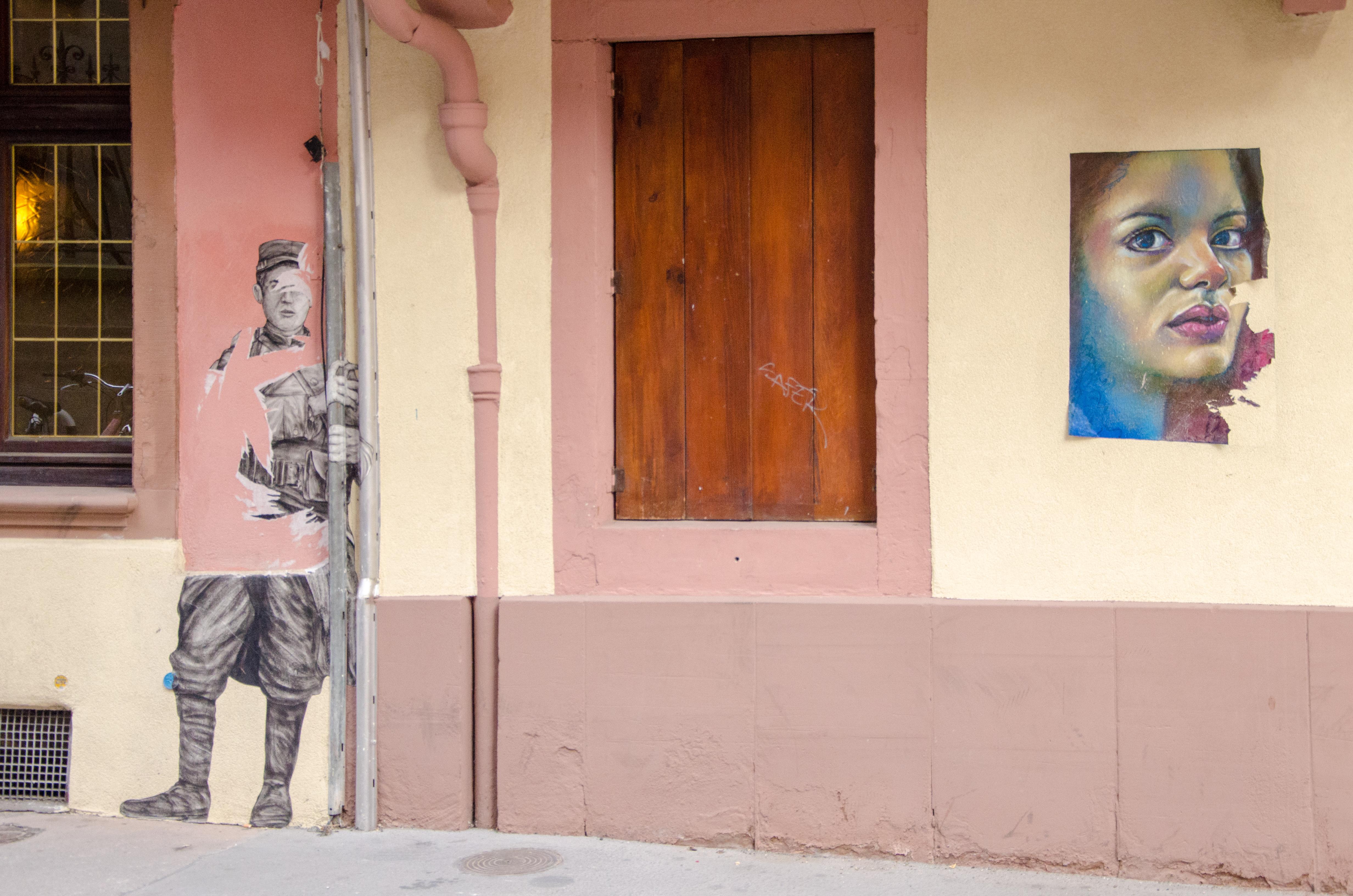 Le soldat en lambeau et la femme en couleur photo