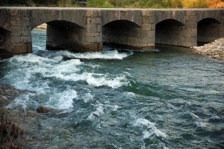 Les vigoureuses eaux de la rivière la beaume photo