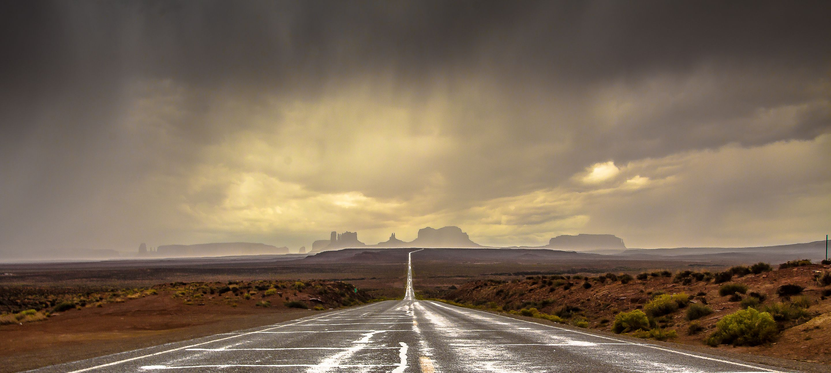 Lonely road into Monument Valley : pics