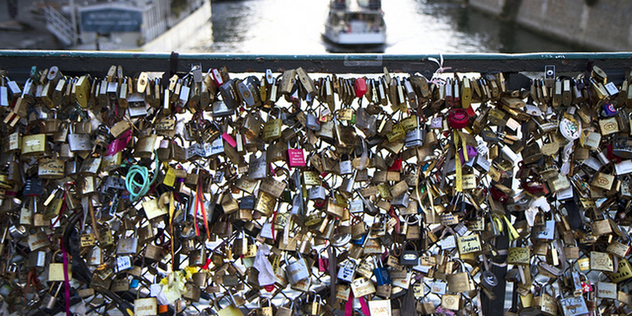 Paris to remove love locks from the Pont des Arts | The Daily Dot