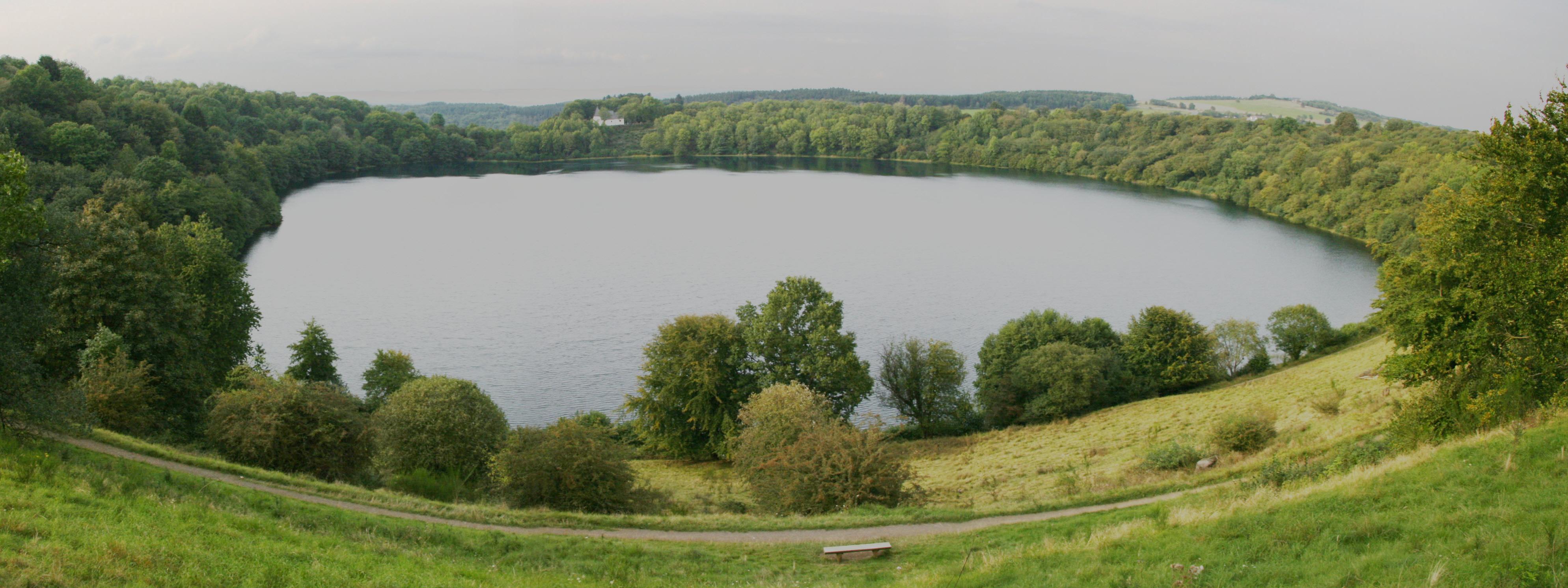 File:Totenmaar weinfelder maar eifel.jpg - Wikimedia Commons