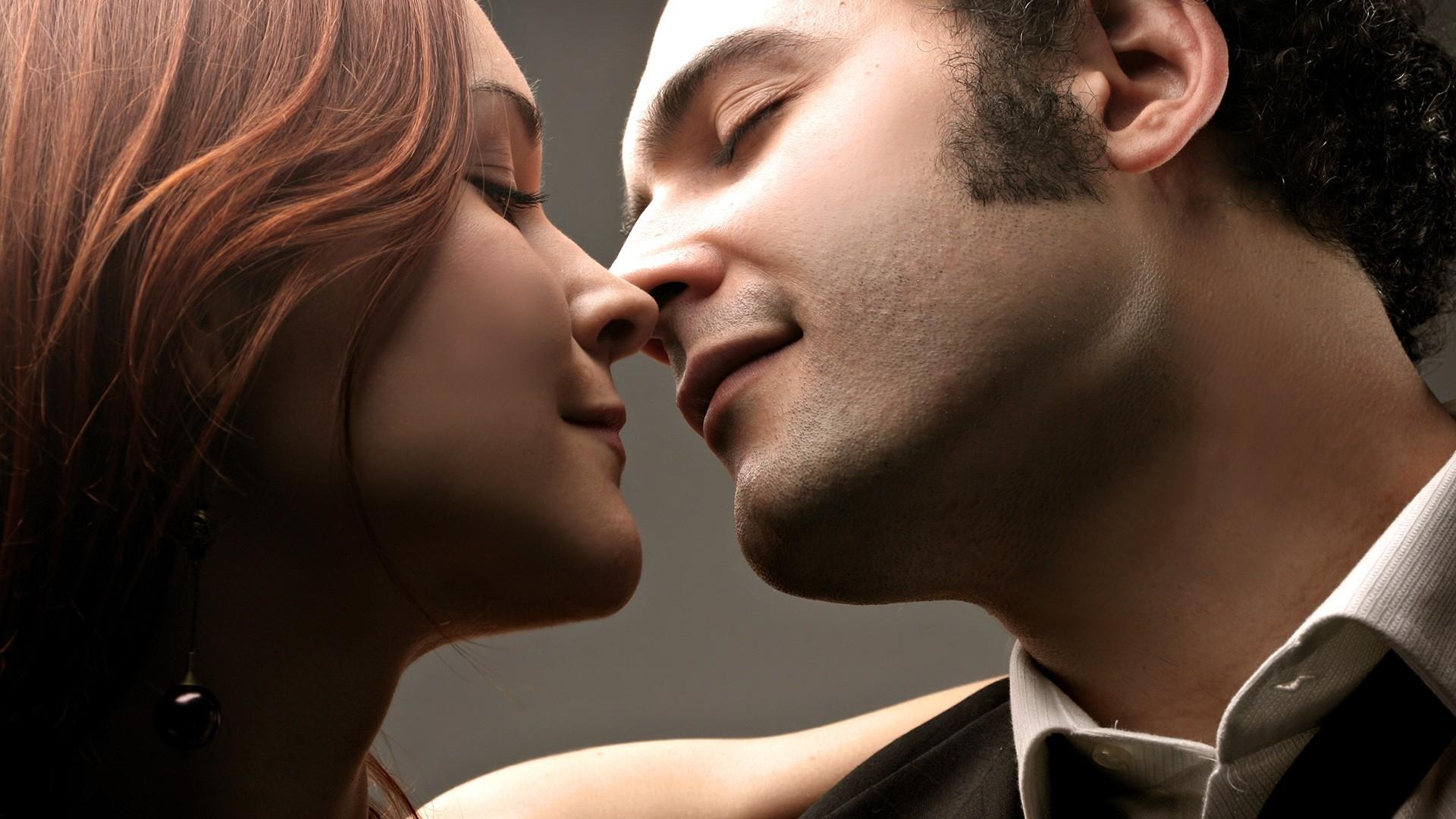 Image kissing man woman