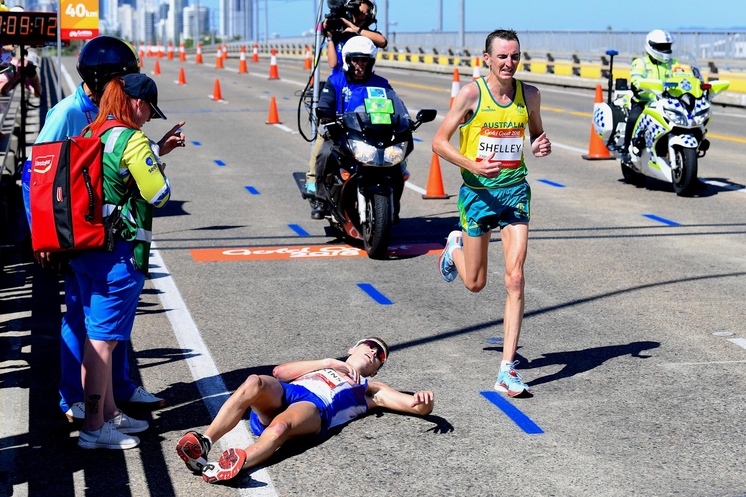 Callum Hawkins: Scottish marathon runner collapses in sweltering ...