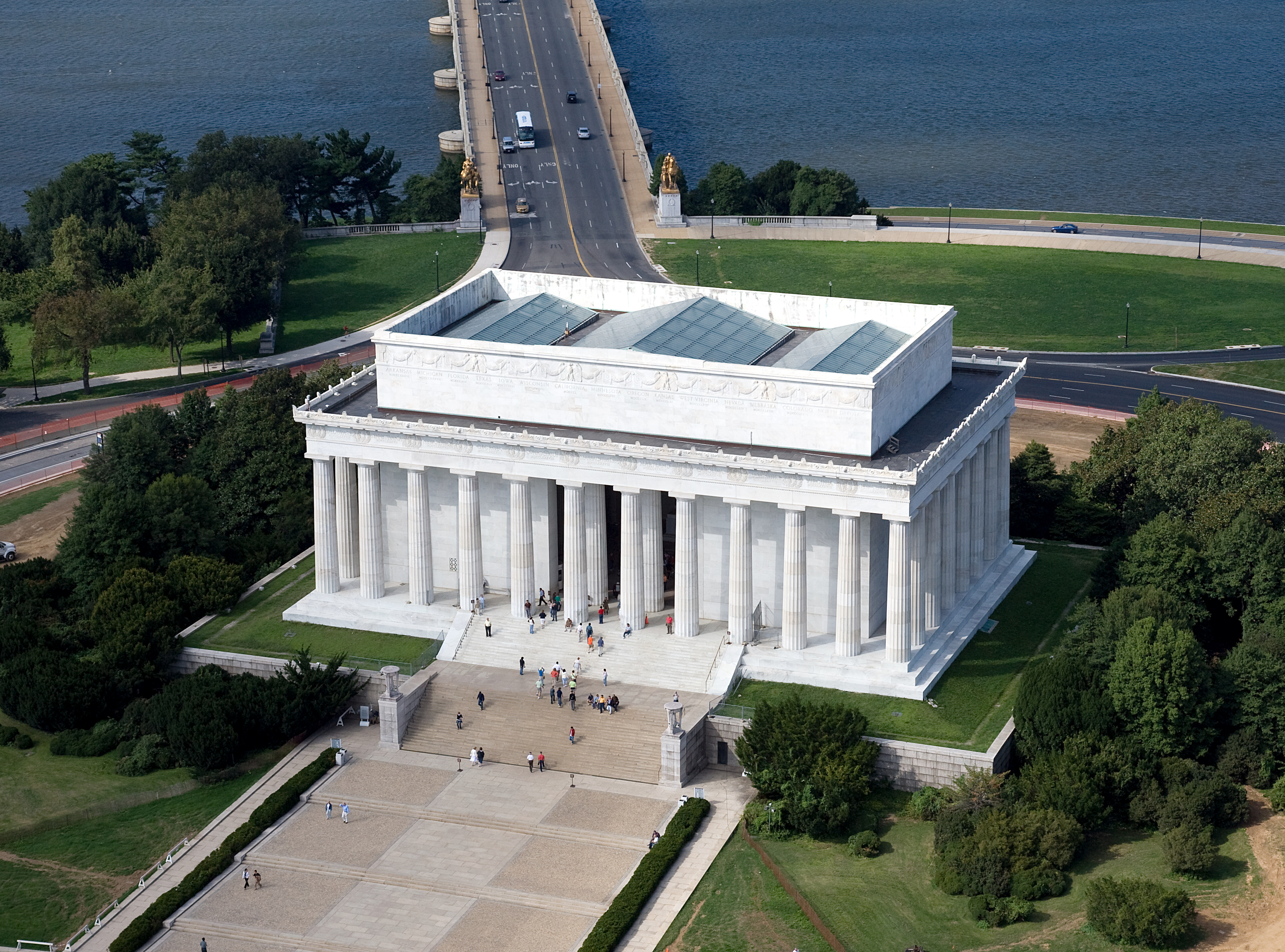 File:Aerial view of Lincoln Memorial - east side.jpg - Wikimedia Commons