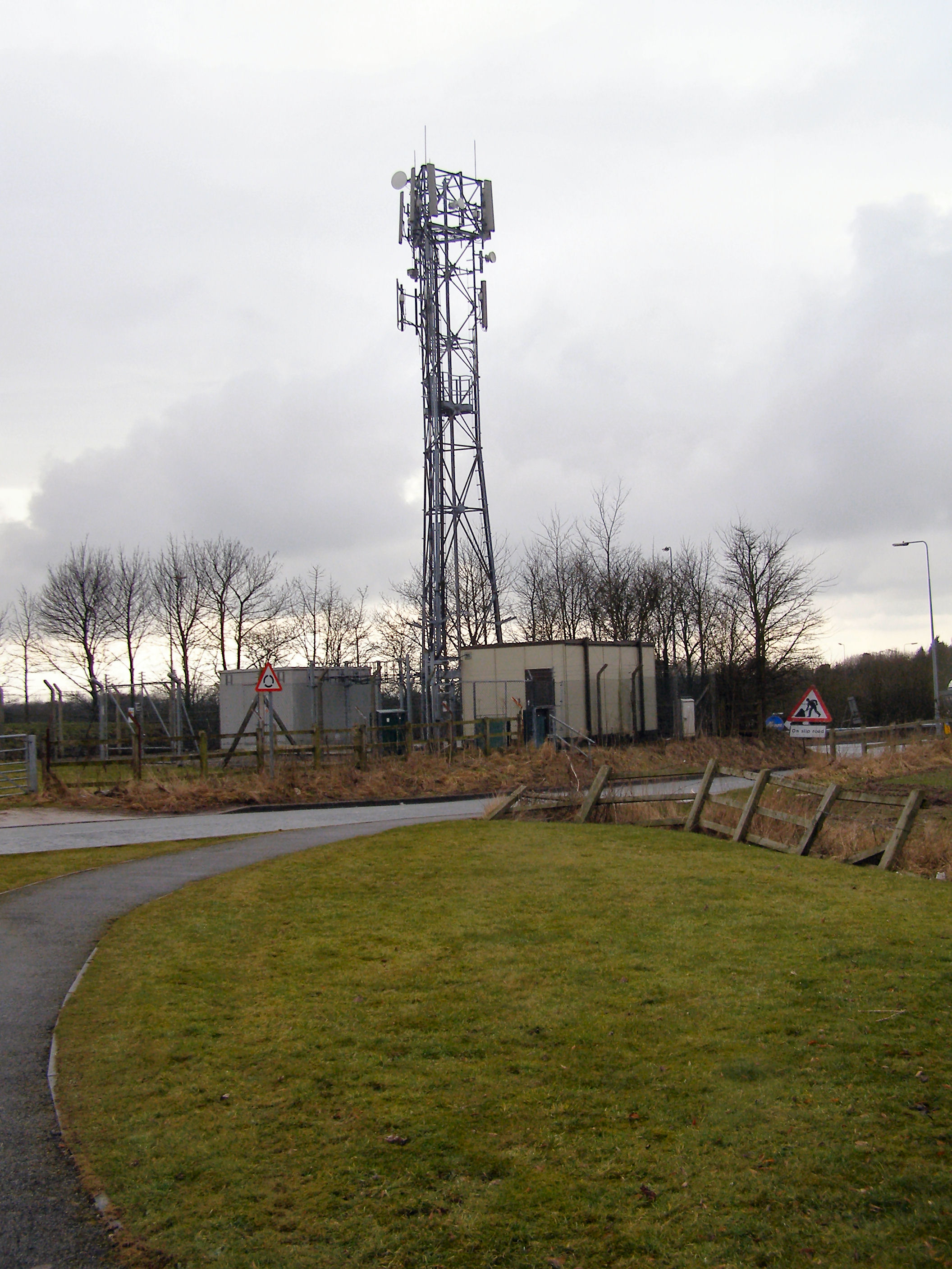File:Mobile phone mast - geograph.org.uk - 1725538.jpg - Wikimedia ...