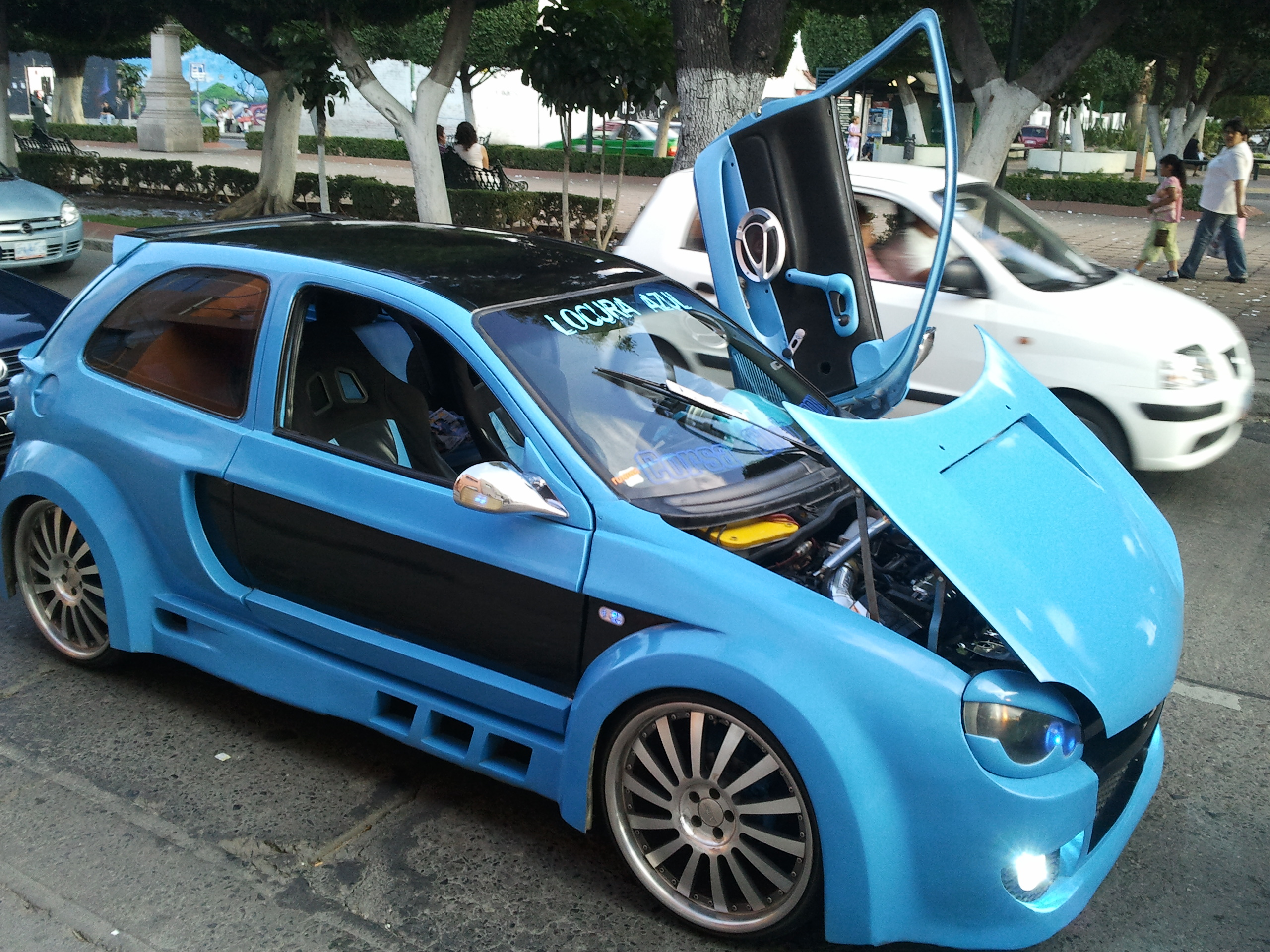 File:A modified Car displayed in the streets of Leon, Mexico.jpg ...