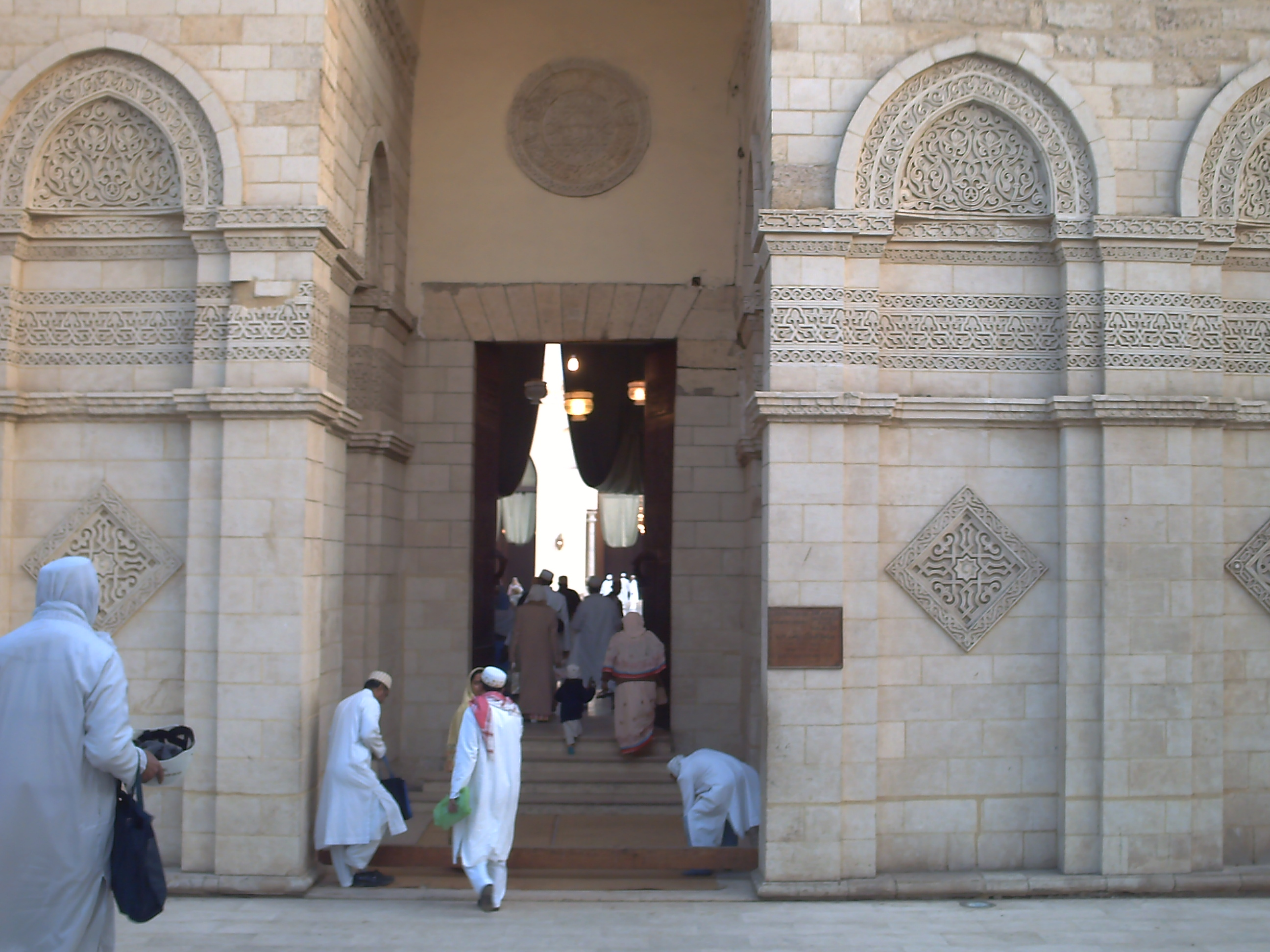 File:Entrance mosque Hakimi.jpg - Wikimedia Commons