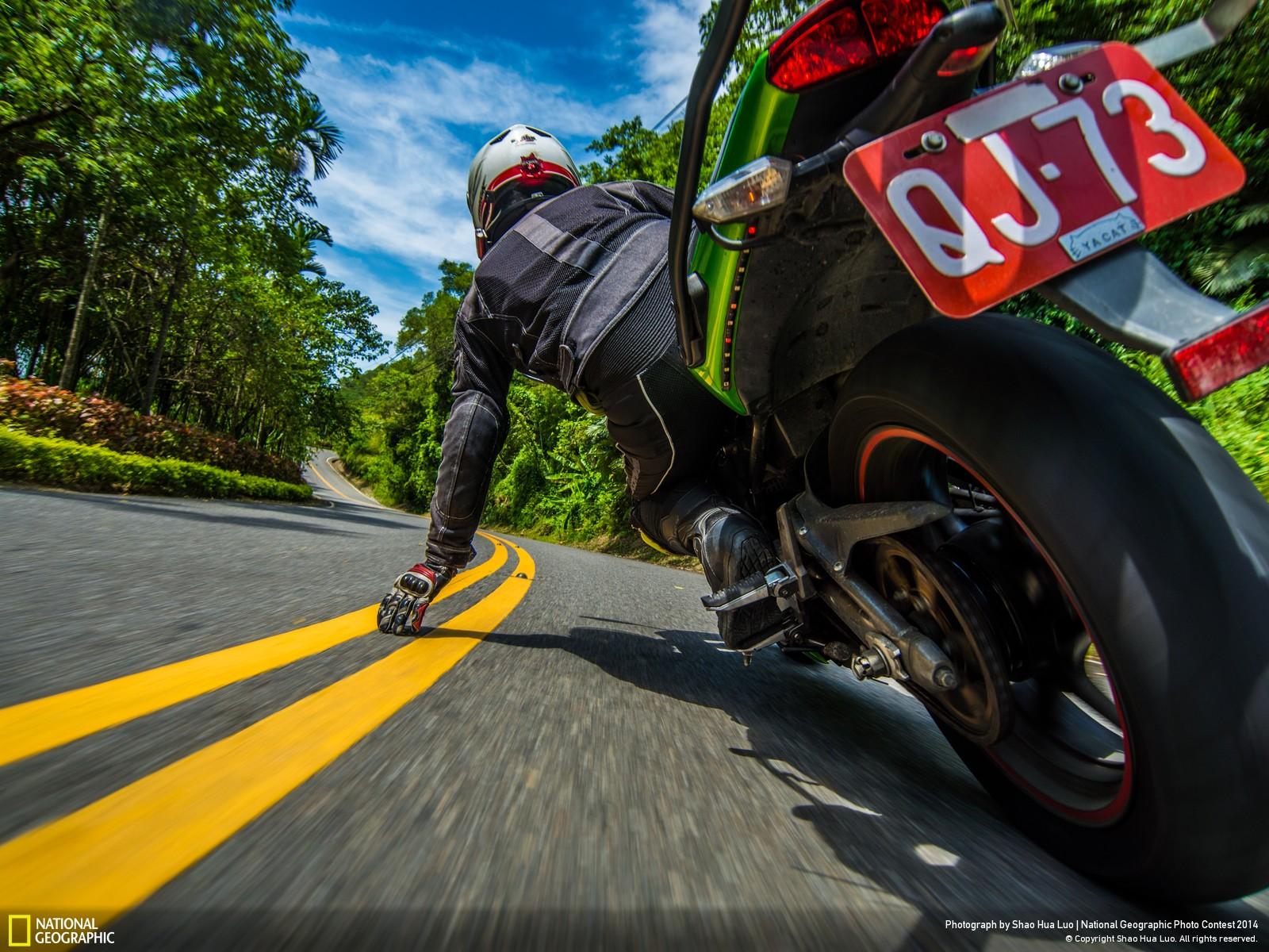 taiwanease.com • Beautiful photograph of Taiwan motorcyclist