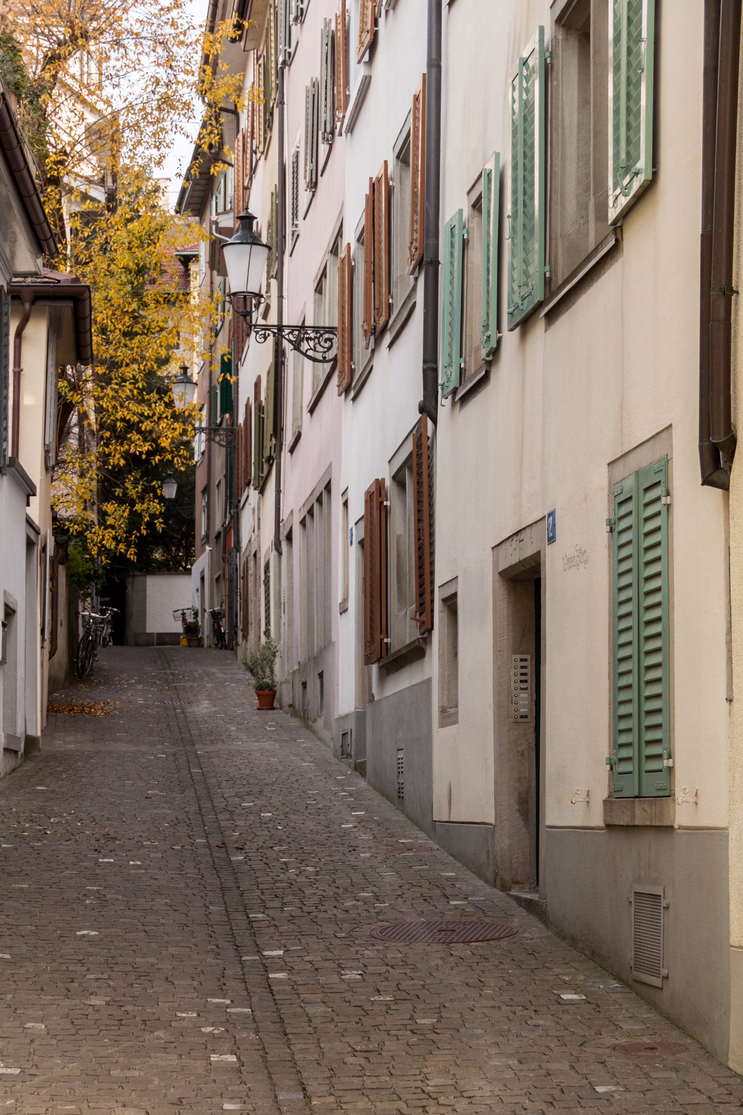 File:Narrow street in Zürich crossing the Neustadtgasse.JPG ...