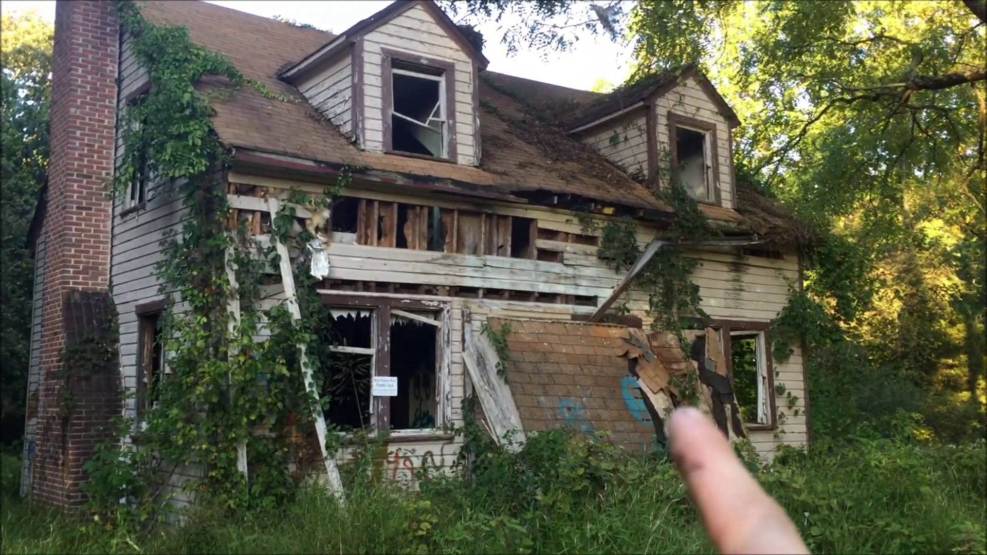 Old abandoned house photo