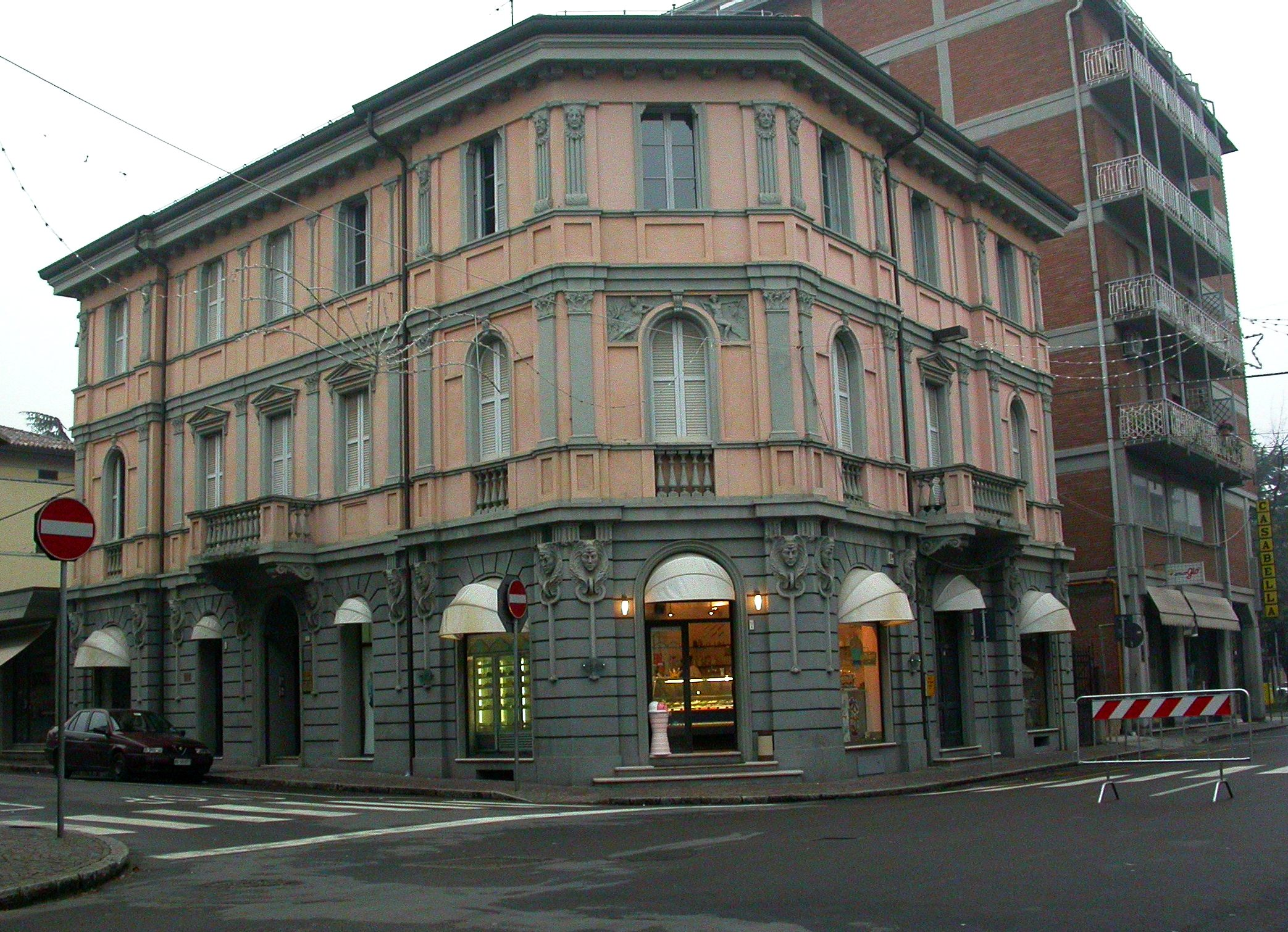 File:Scandiano old building.jpg - Wikimedia Commons