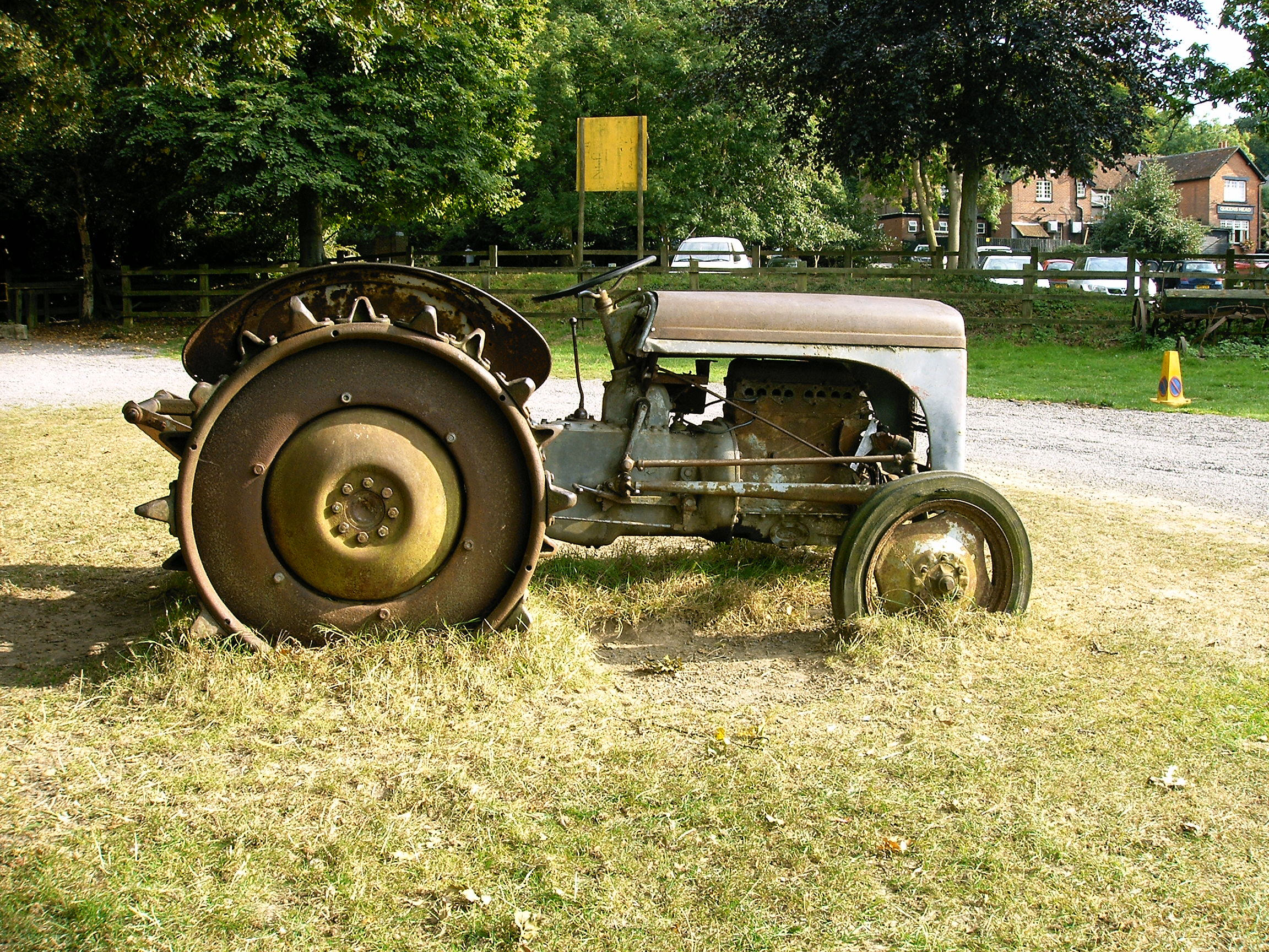 File:Old tractor.jpg - Wikimedia Commons