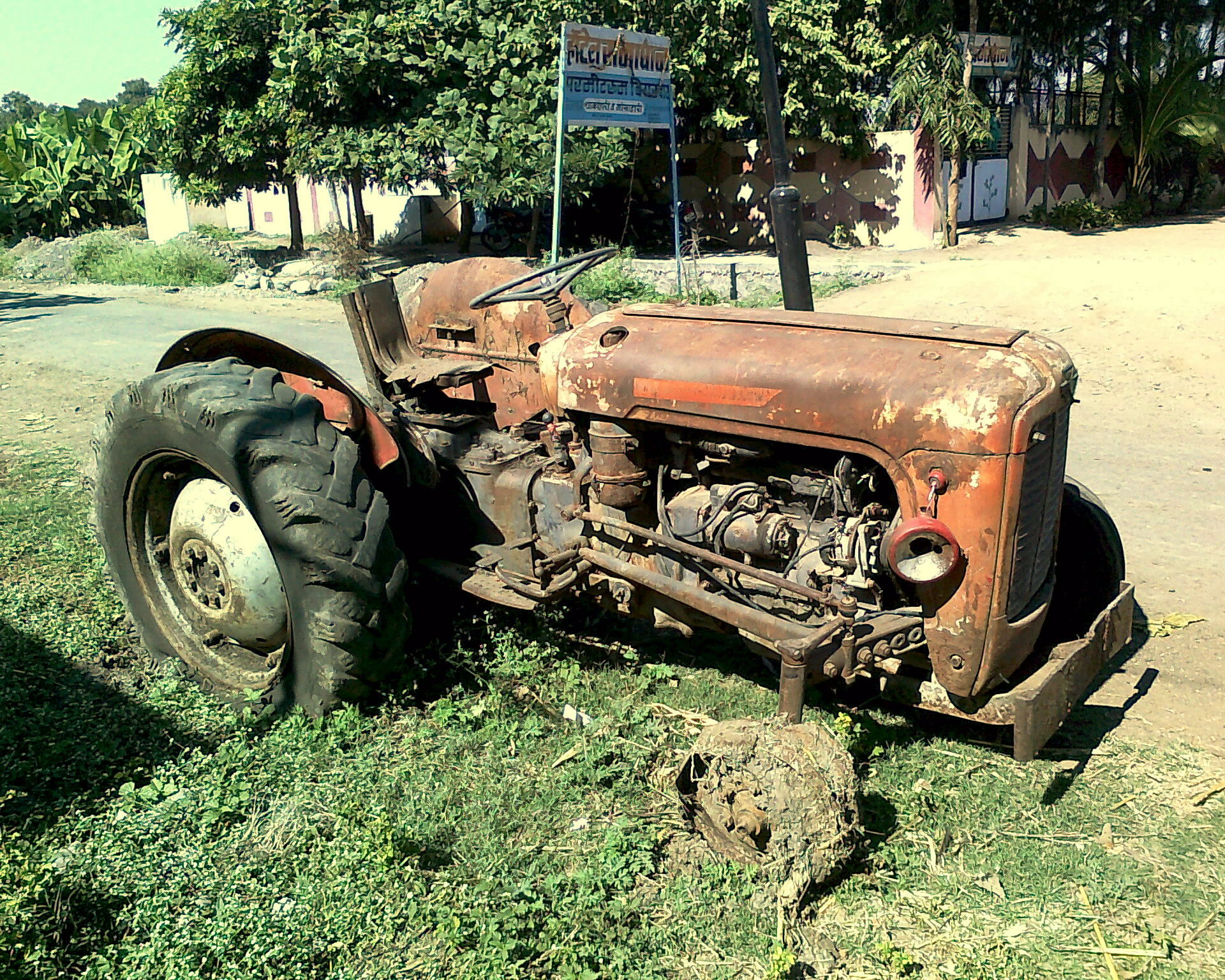 File:Old Abandoned Tractor.jpg - Wikimedia Commons