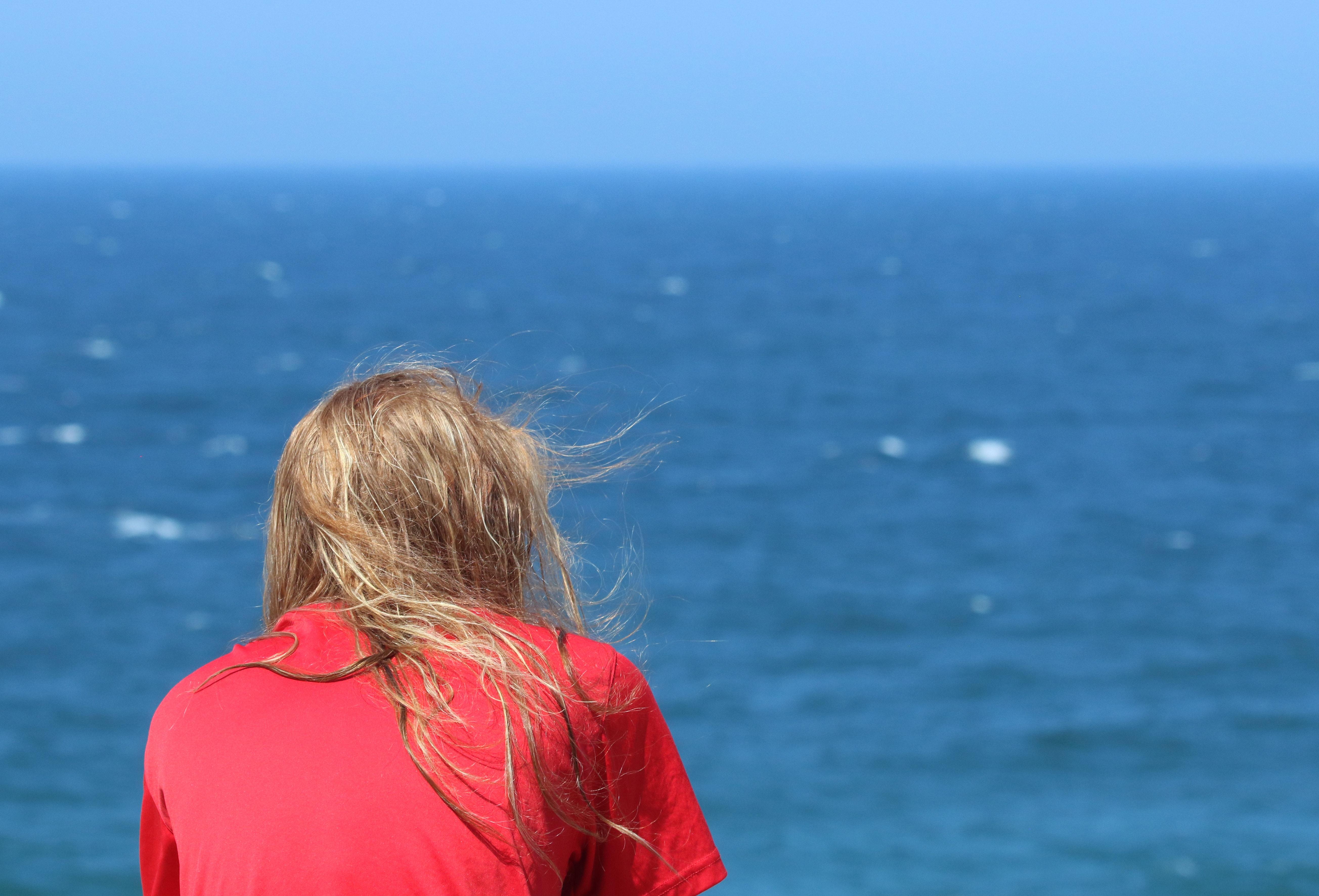 Person Wearing T-shirt Sitting Beside Seashore, Blonde hair, Daylight, Horizon, Ocean, HQ Photo