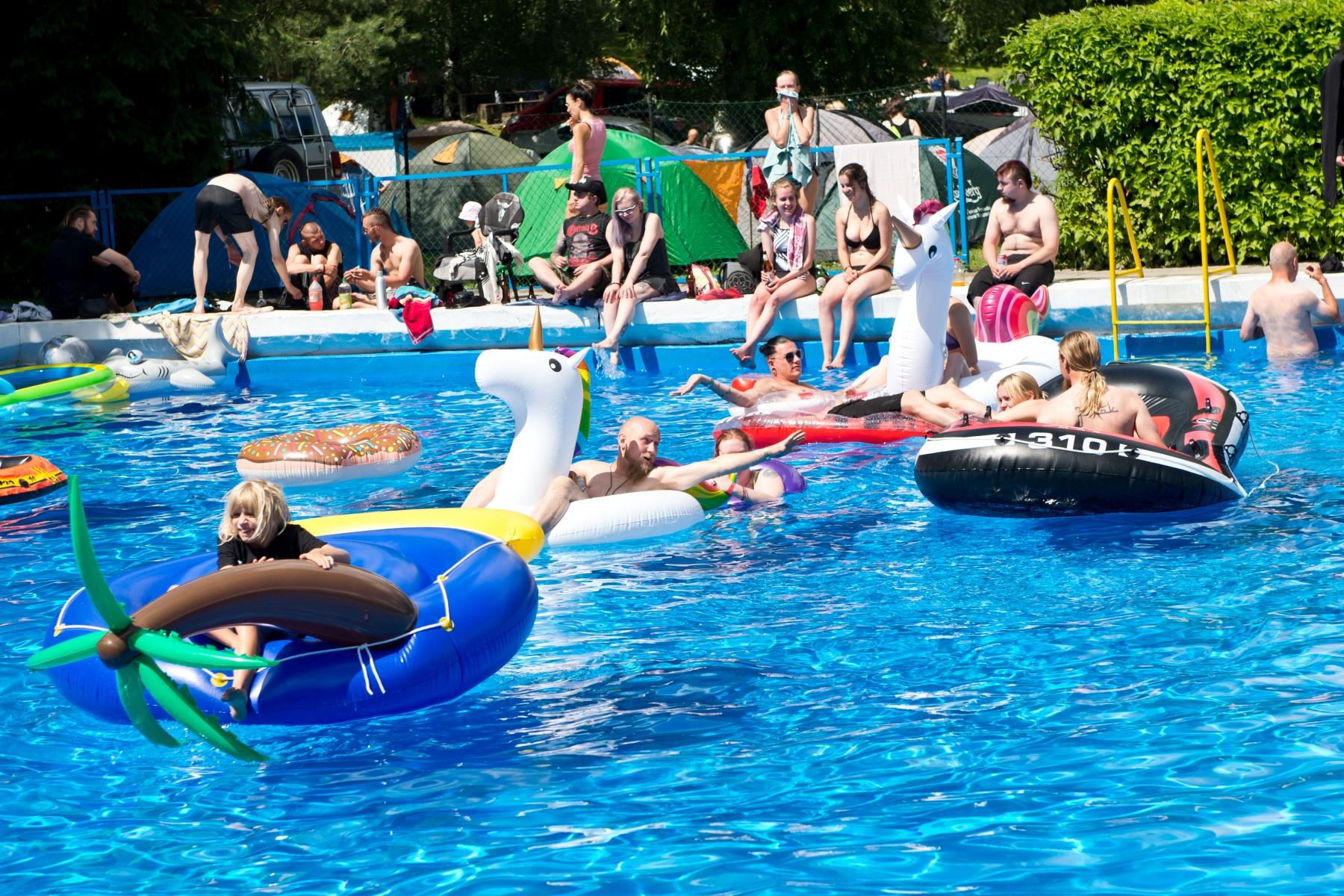 Castle Party - Pool party!